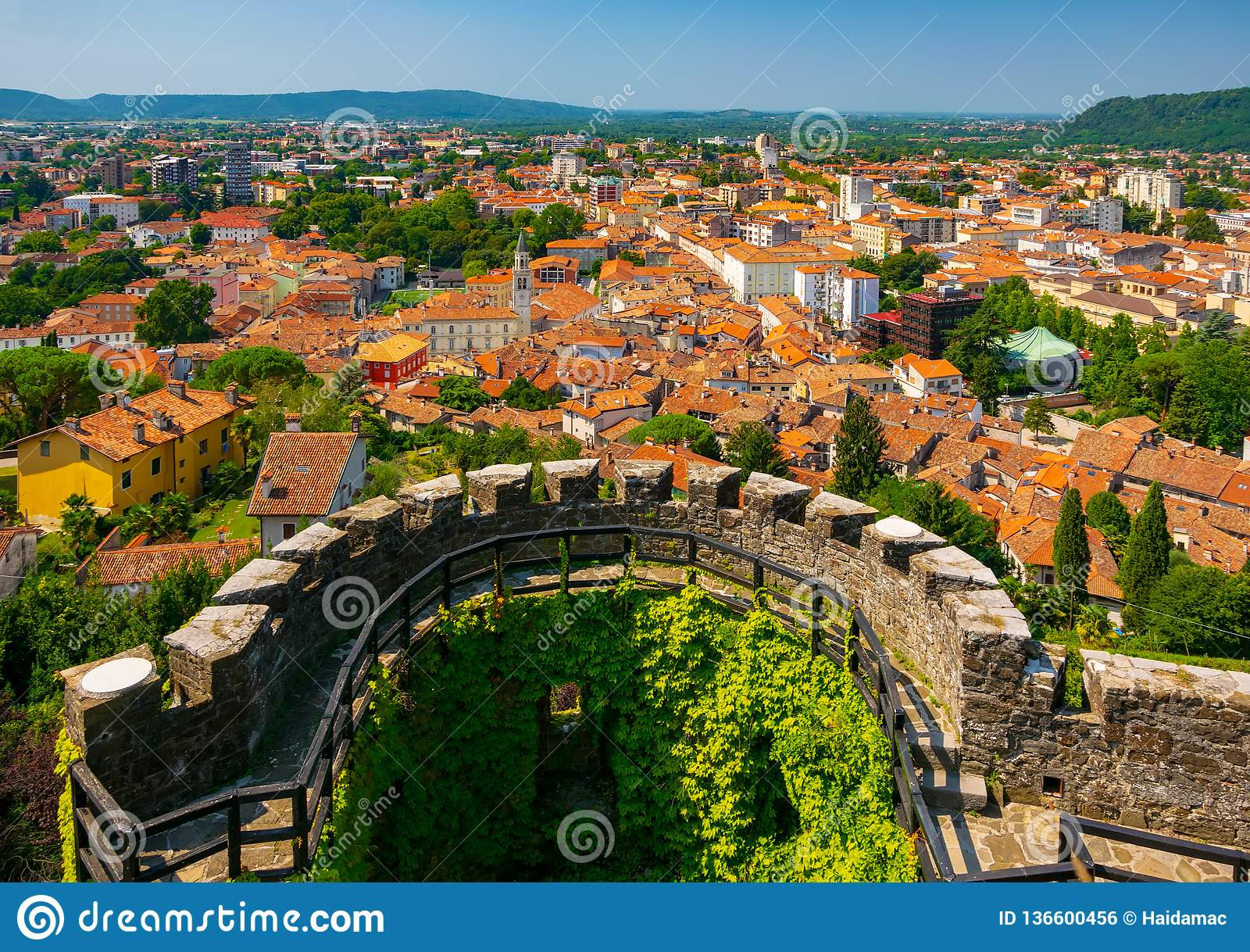 Vue aérienne de centre de la ville de Gorizia et de bastion semi-circulaire de château médiéval, Friuli Venezia Giulia, Italie