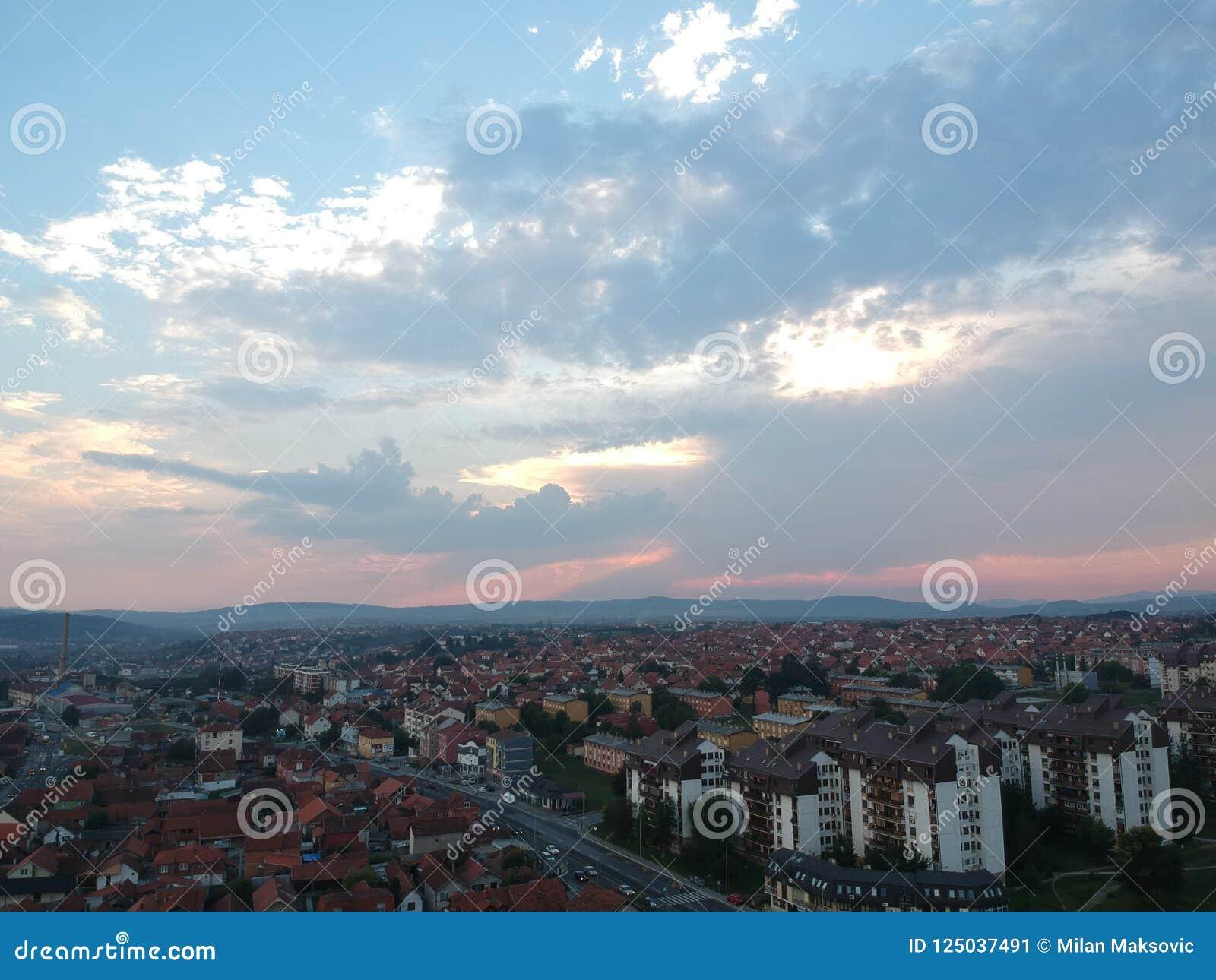 Vue aérienne de coucher du soleil Kragujevac - en Serbie