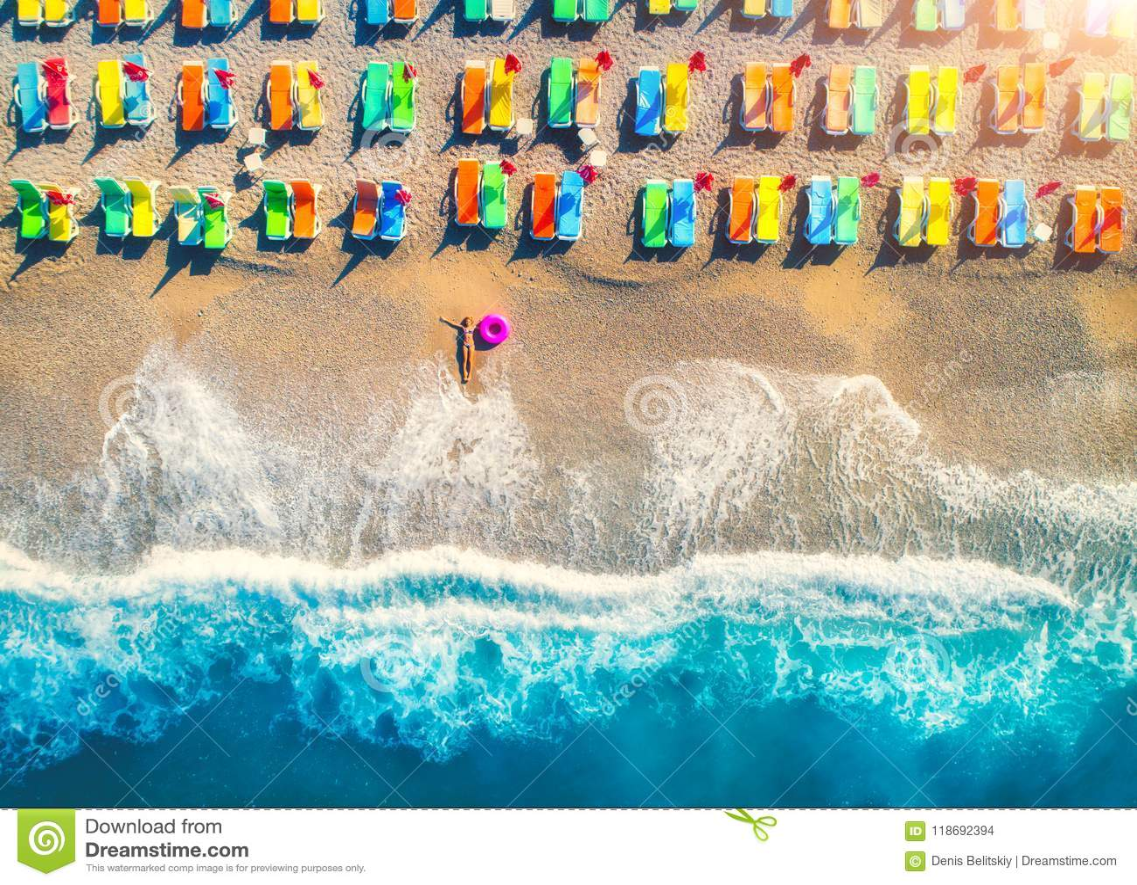 Vue aérienne de femme menteuse avec l anneau de bain en mer