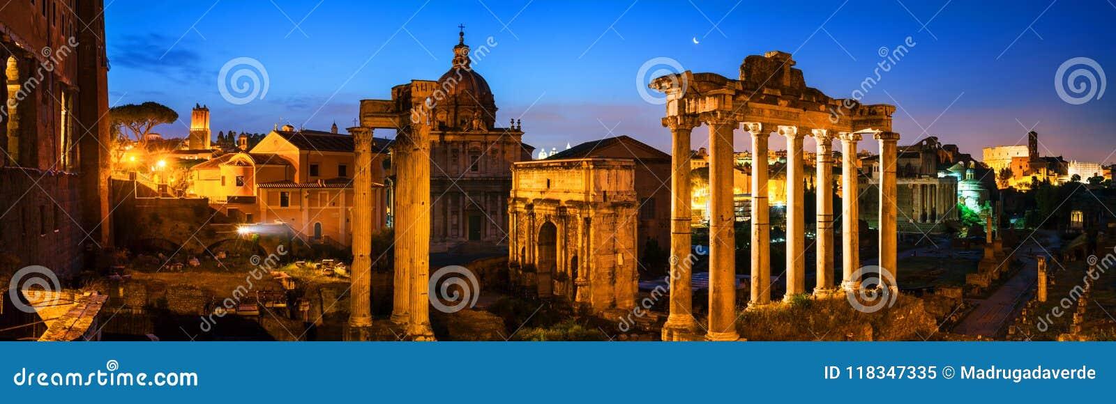 Vue aérienne de forum romain lumineux à Rome, Italie la nuit