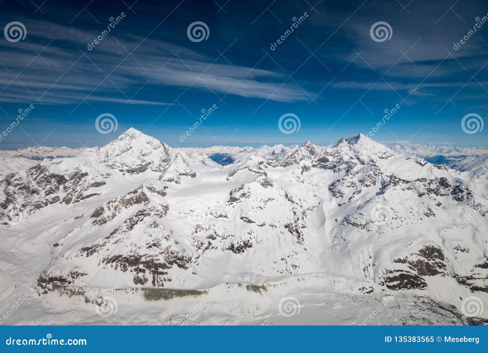 Vue aérienne de juste de gauche de montagne de Blanche de bosselure et de montagne de Weisshorn dans les alpes suisses