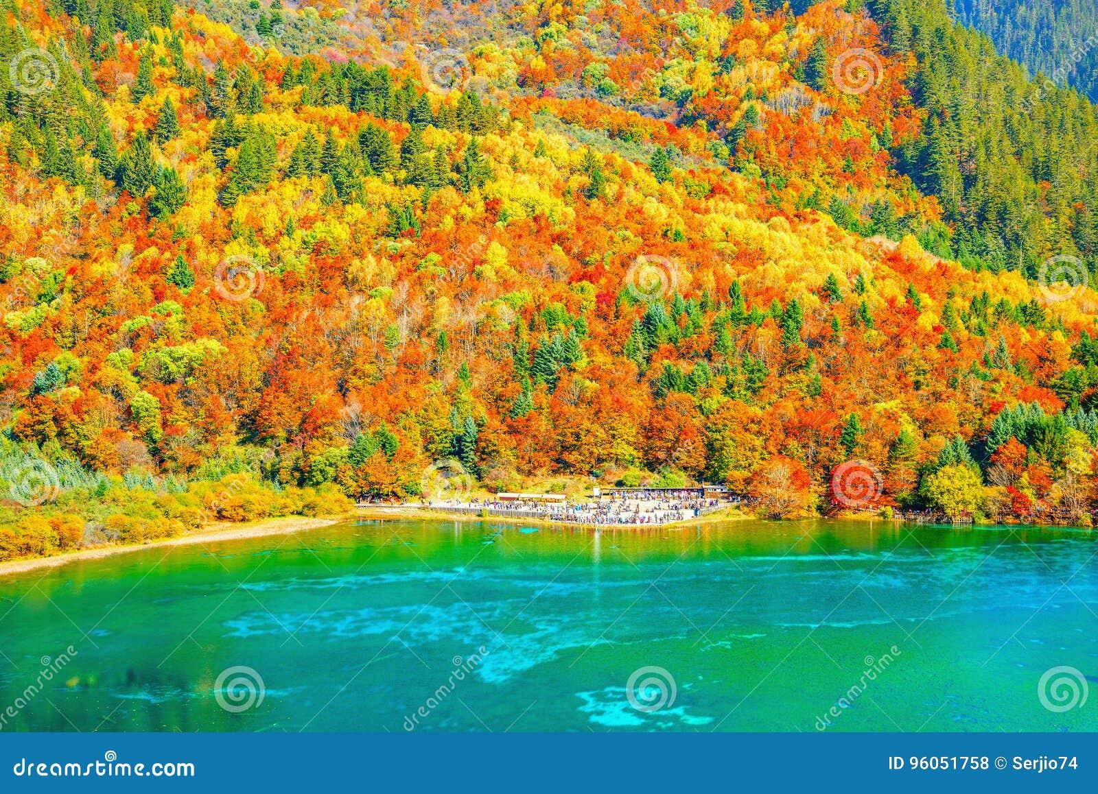 Vue aérienne de lac cinq flower au temps de lever de soleil d automne