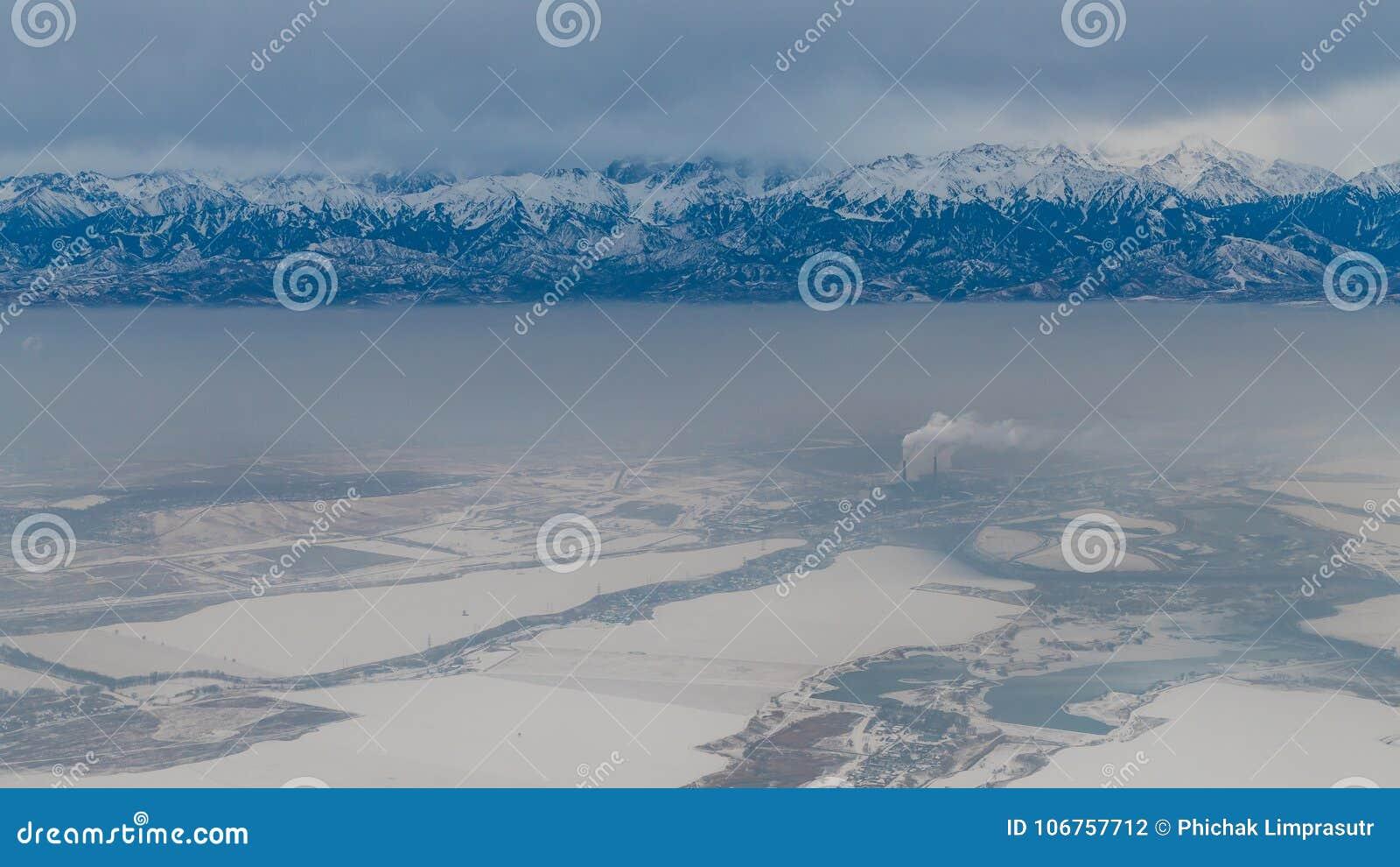 Vue aérienne de montagne de Pik Talgar près d Almaty dans le dur de Kazakhstan