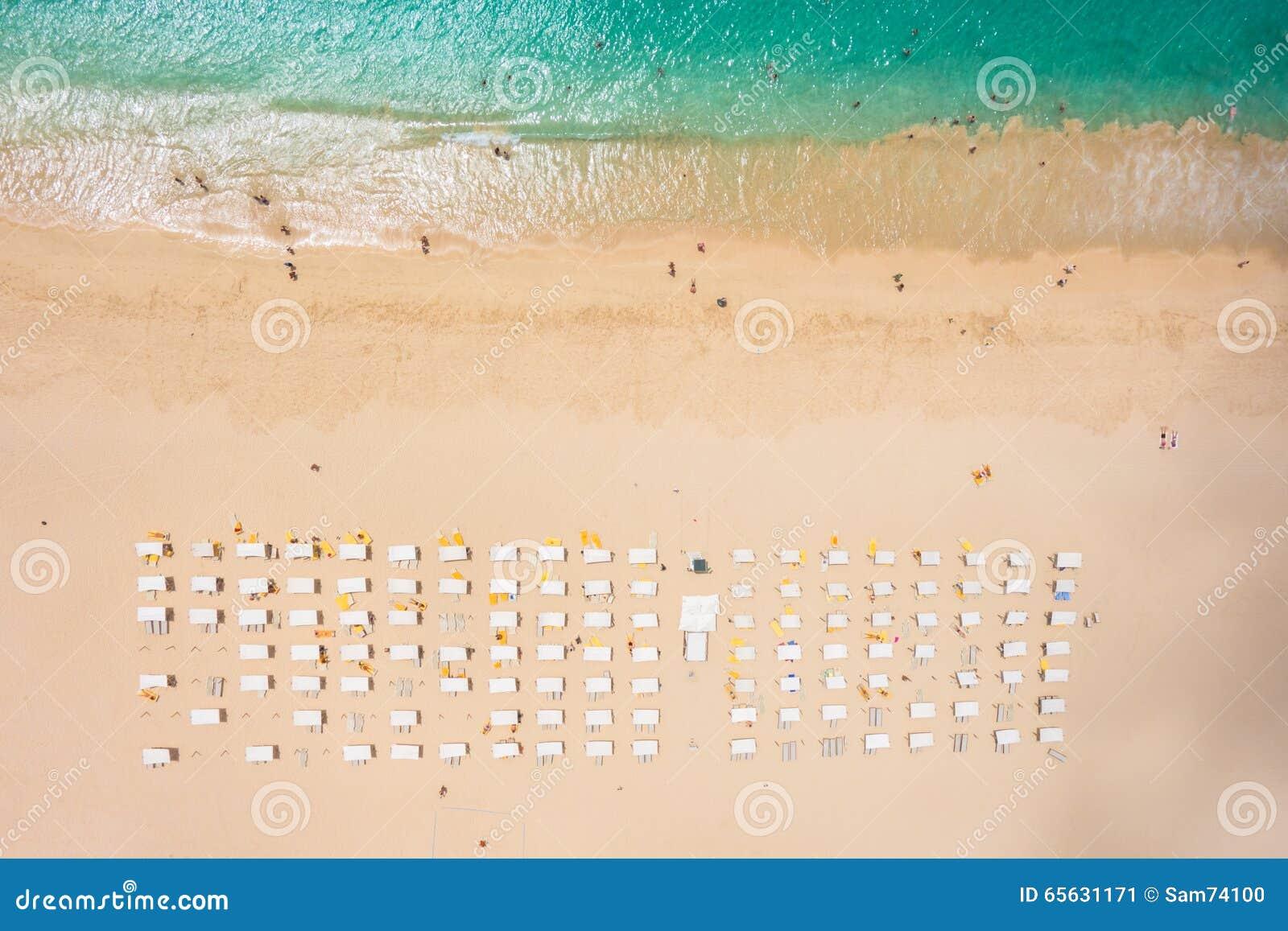 Vue aérienne de parasol de plage de Santa Maria et de chaise de plate-forme dans le sel I
