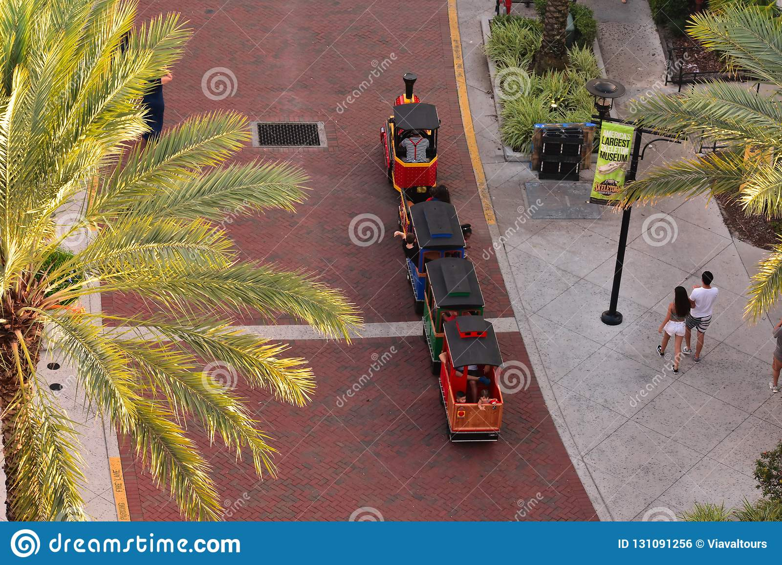 Vue aérienne de petit train et de couples marchant chez Orlando Eye Area