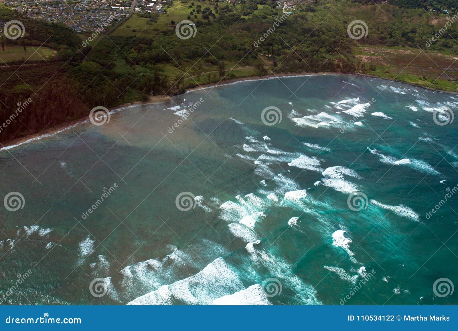 Vue aérienne de ressac martelant la côte de la baie de Kahului sur l île de Maui en Hawaï