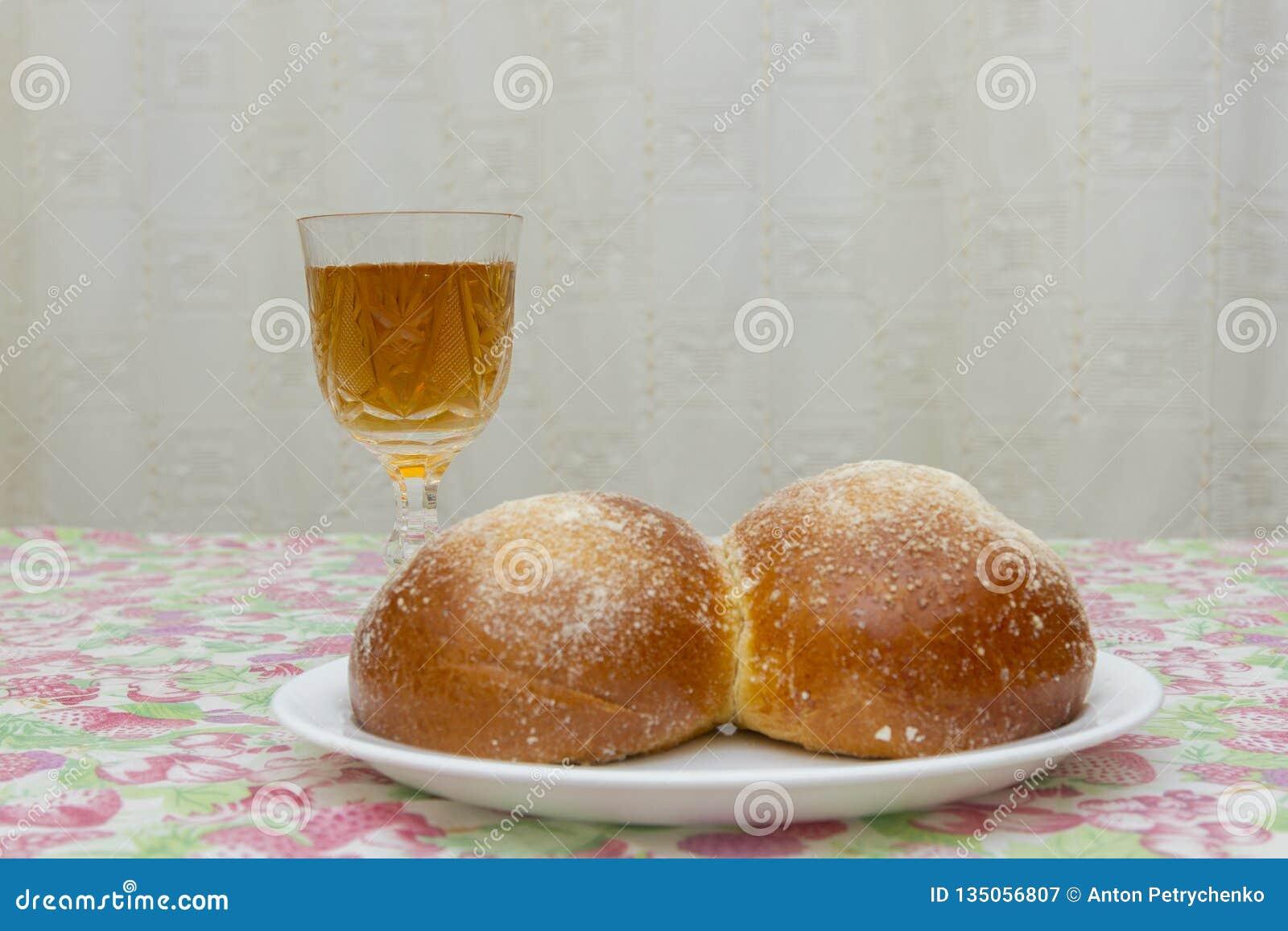 Vue aérienne de table de la veille de Shabbat avec la tasse découverte de pain de pain du sabbat et de vin de Kiddush Copiez l es