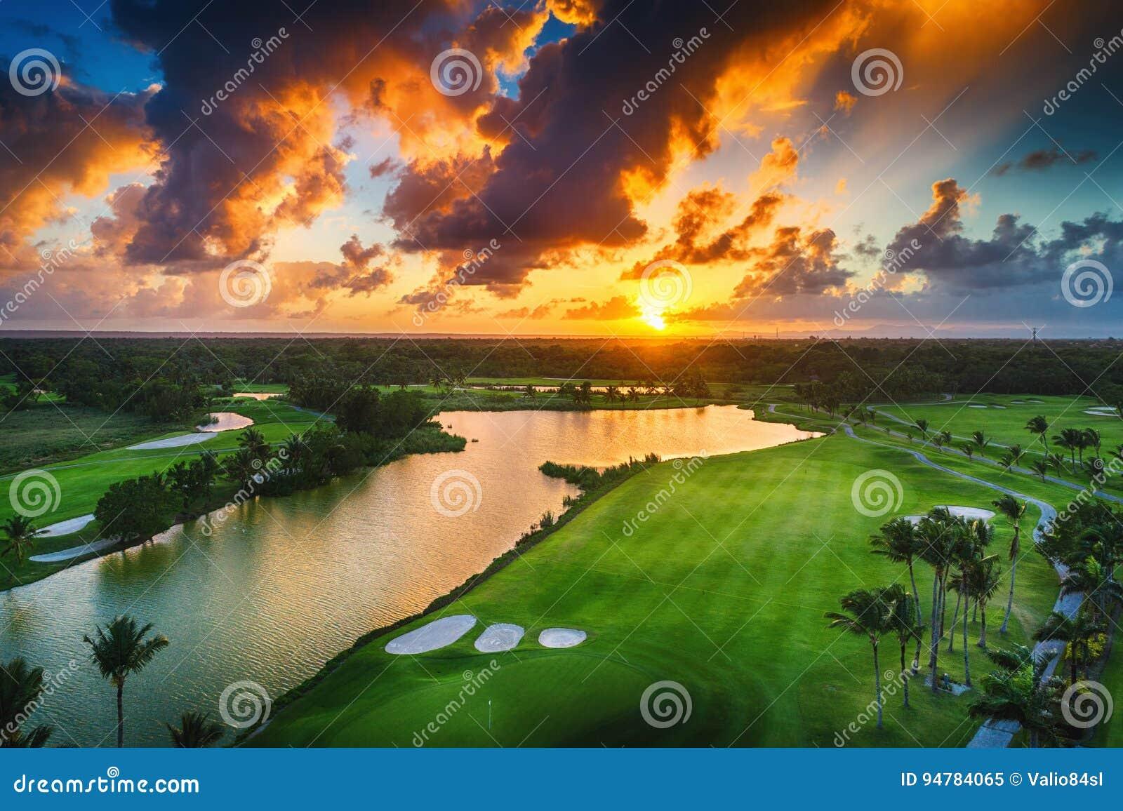 Vue aérienne de terrain de golf tropical au coucher du soleil, Dominicain Republi