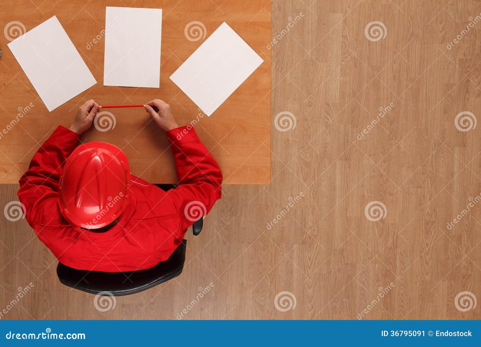 Vue aérienne de travailleur en journal rouge de lecture d uniforme et de masque