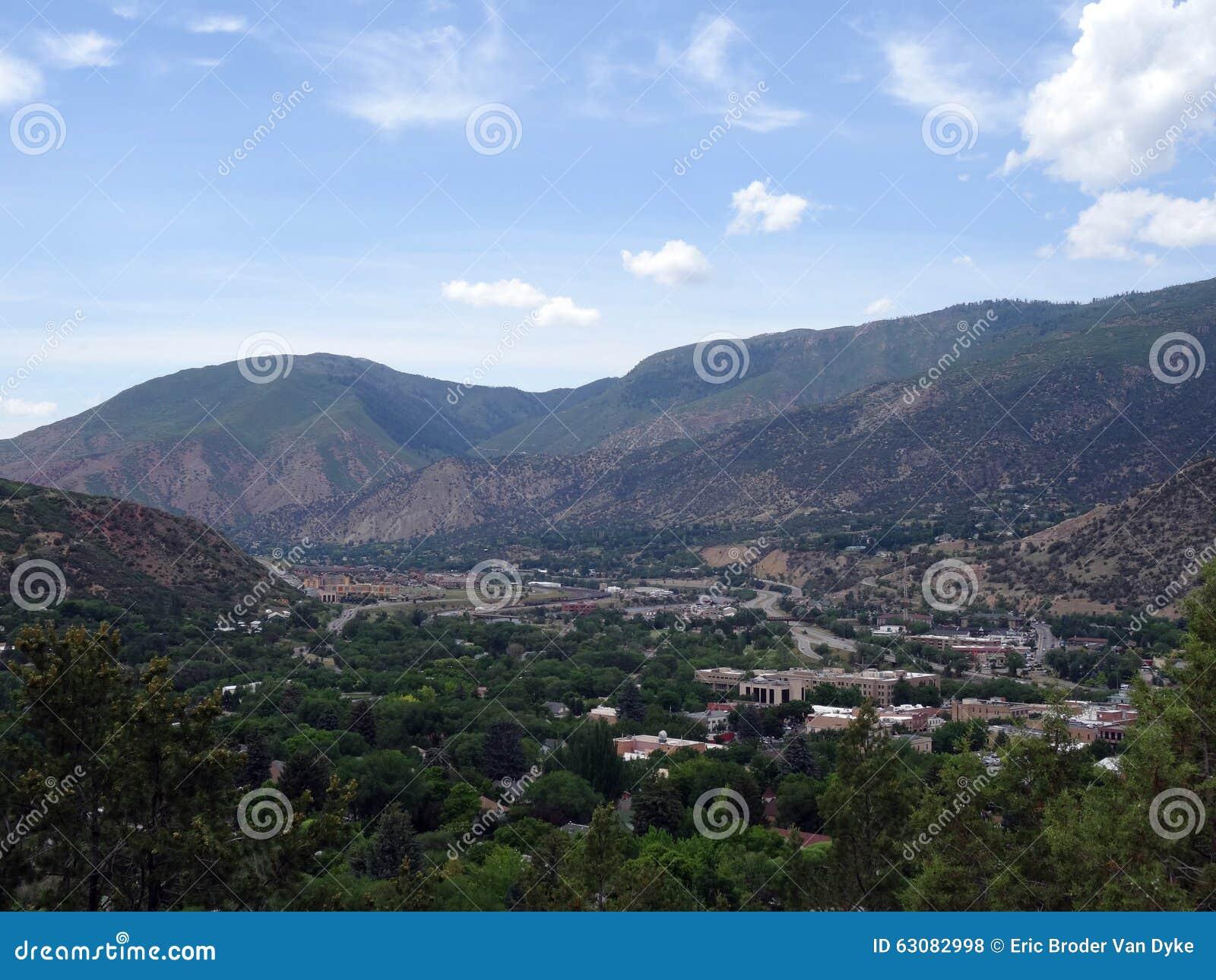 Download Vue Aérienne De Ville De Glenwood Springs Dans Les Montagnes Du Colorado Photo stock - Image du horizontal, forêt: 63082998
