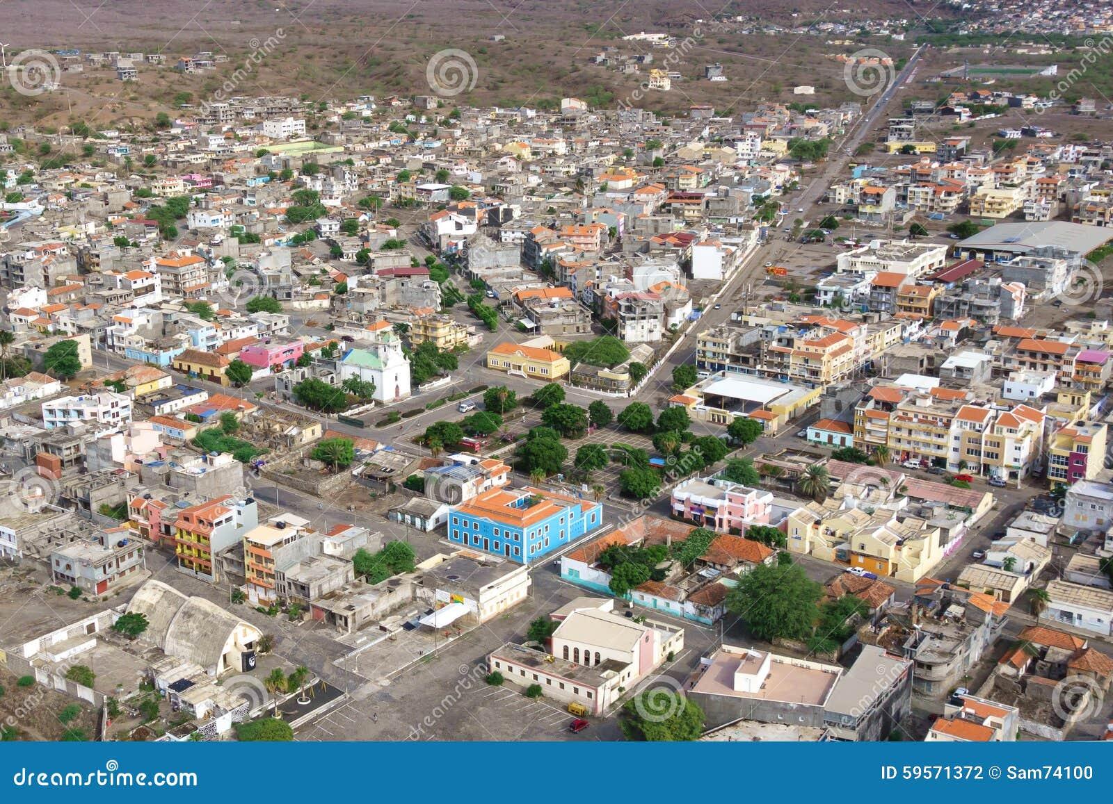 Vue a rienne de ville de tarrafal en le de santiago au for Cap vert dijon piscine
