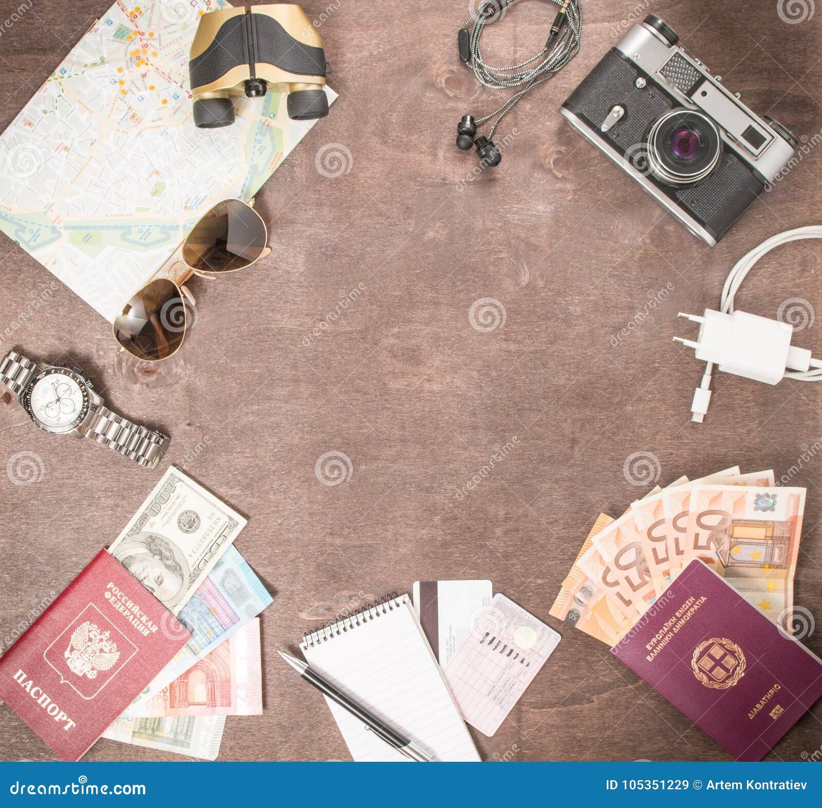 Vue aérienne des accessoires, des passeports et des billets de banque du ` s de voyageur Concept de voyage sur le fond en bois L