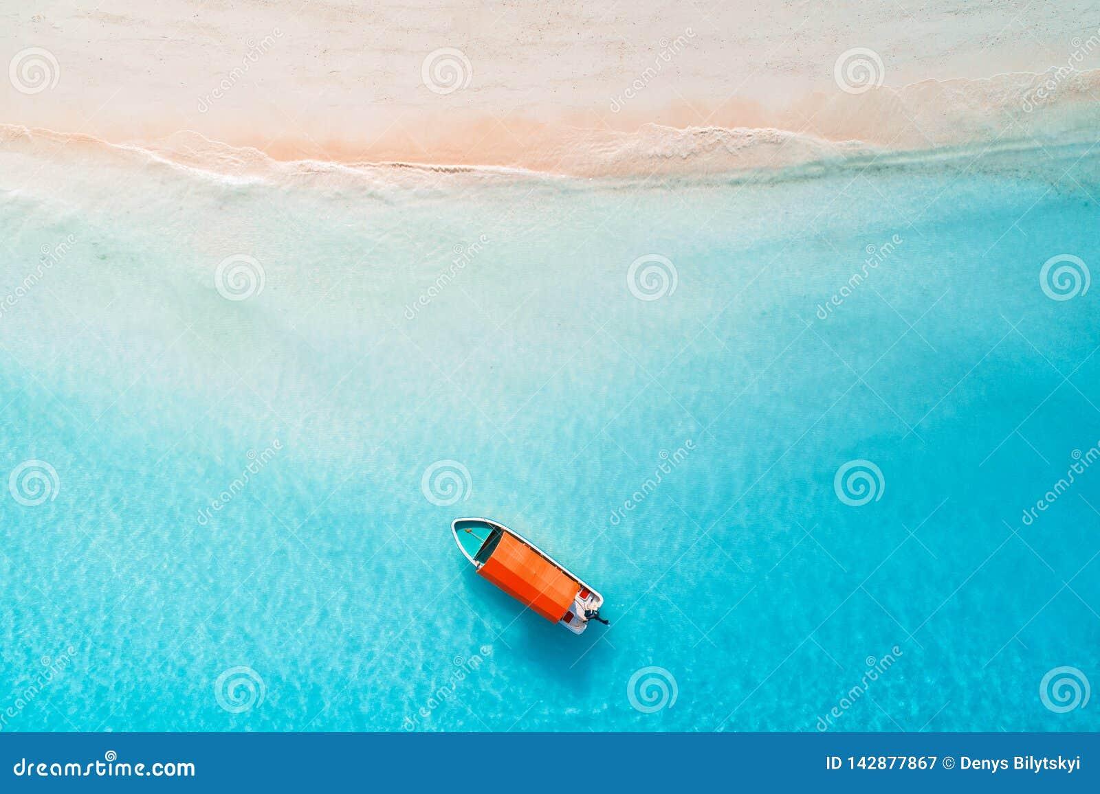 Vue aérienne des bateaux de pêche dans l eau bleue claire
