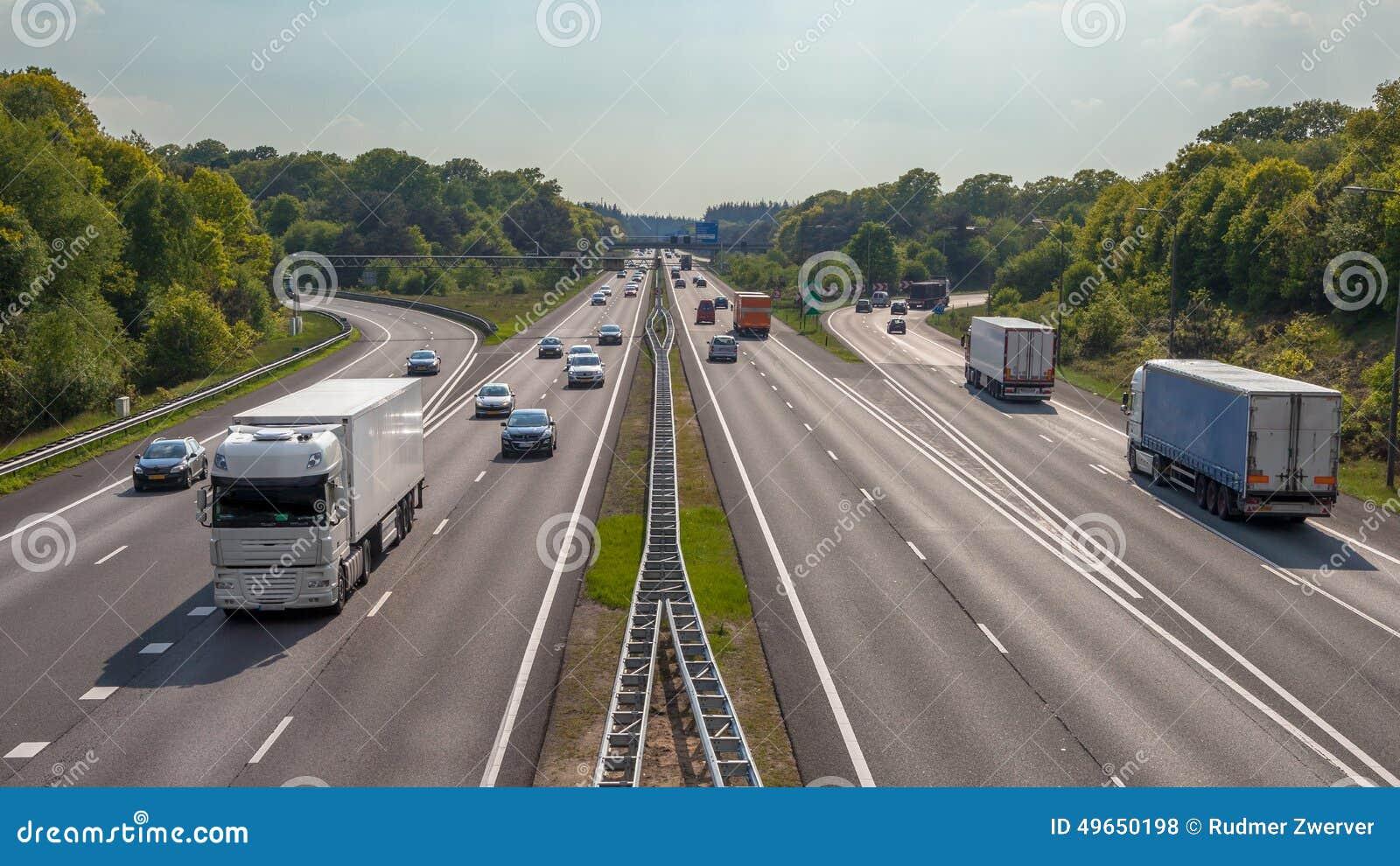Vue aérienne des camions et des voitures sur l autoroute A12