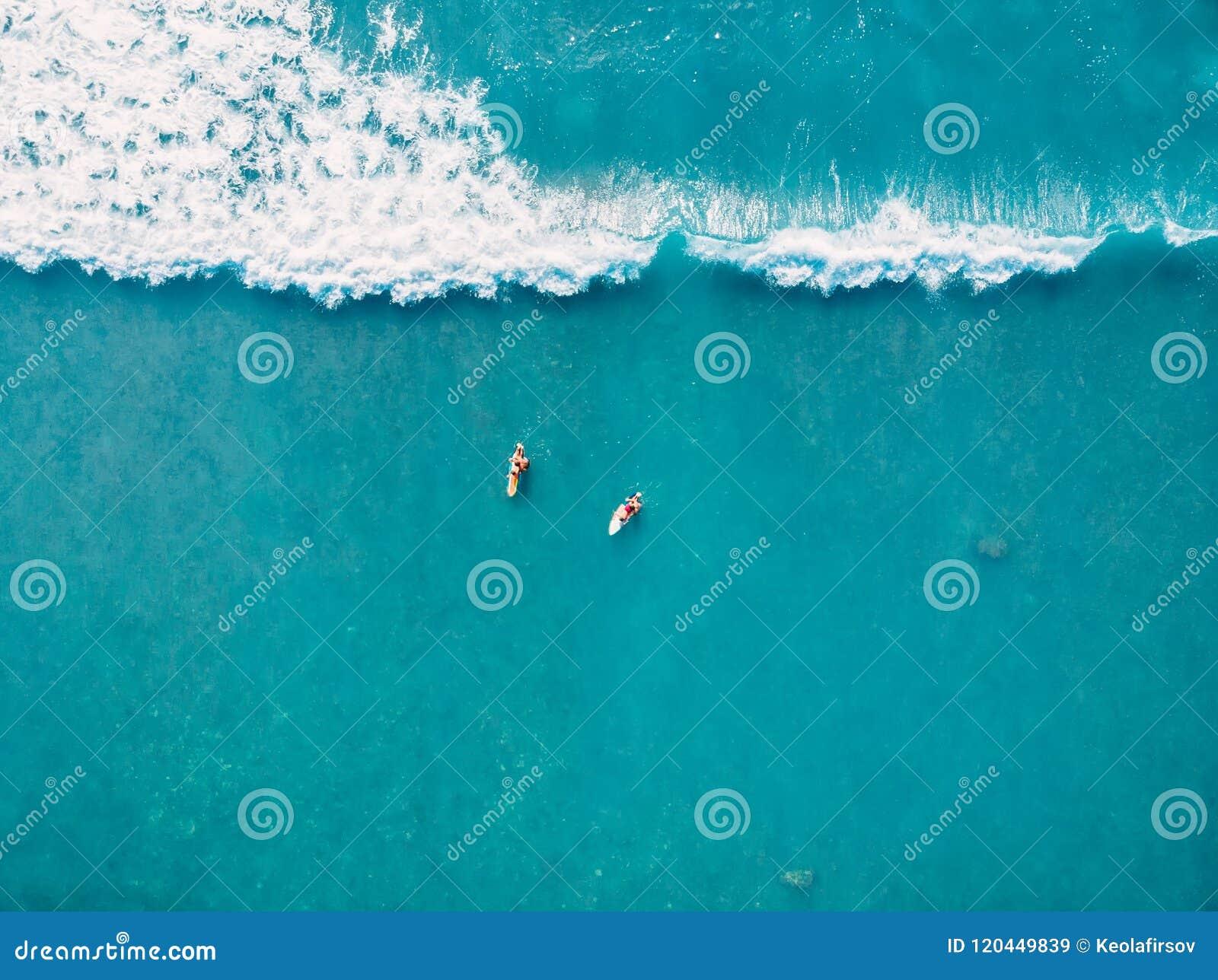 Vue aérienne des surfers et de la vague dans l océan tropical Vue supérieure