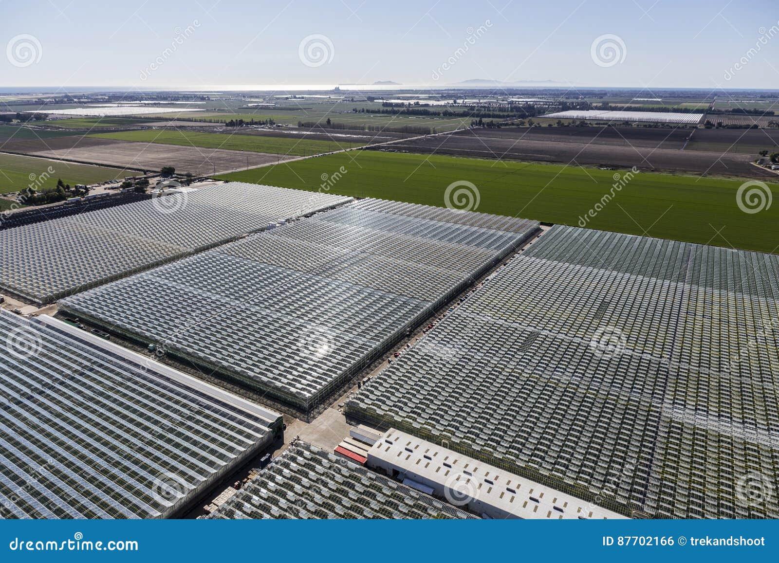 Vue aérienne des terres cultivables et des serres chaudes