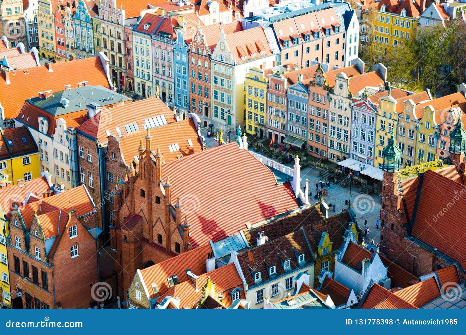 Vue aérienne du vieux centre de ville historique, bâtiments de maisons multicolores colorés typiques de façades à la rue de march