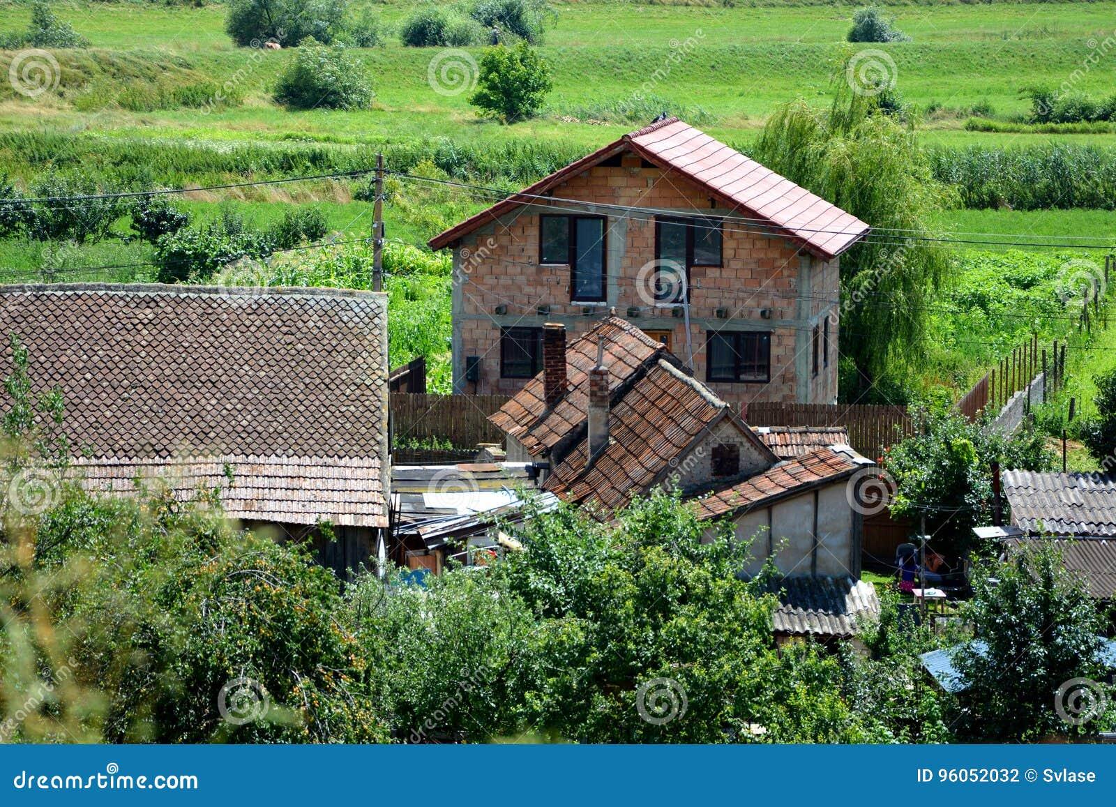 Vue aérienne du village Feldioara, la Transylvanie