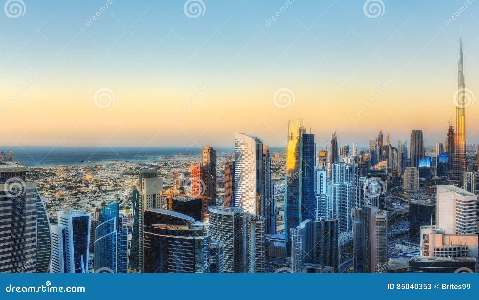 Vue a rienne fantastique au dessus d 39 une grande ville for Location garage villeurbanne gratte ciel