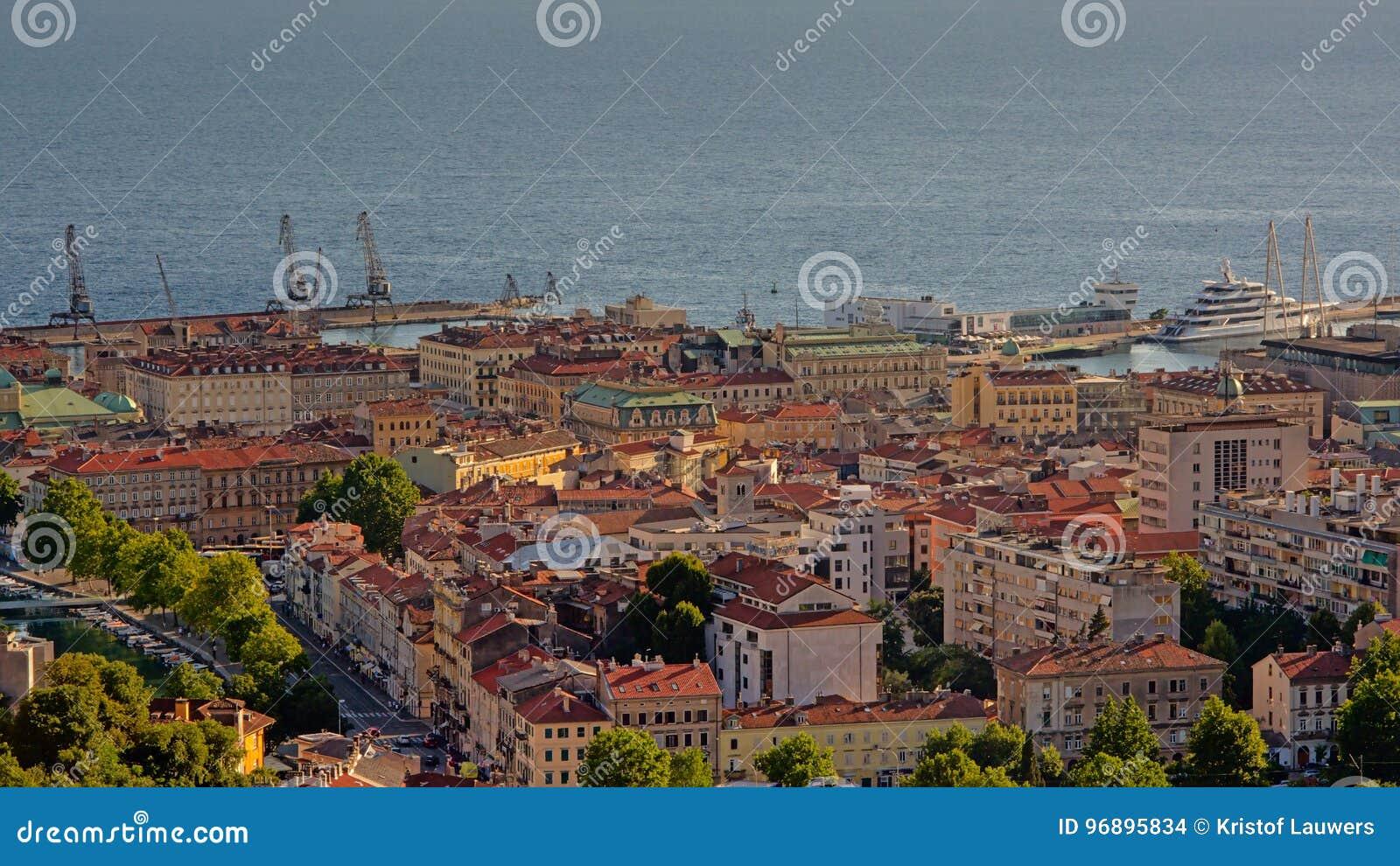 Vue aérienne là-dessus Rijeka et port du ` s