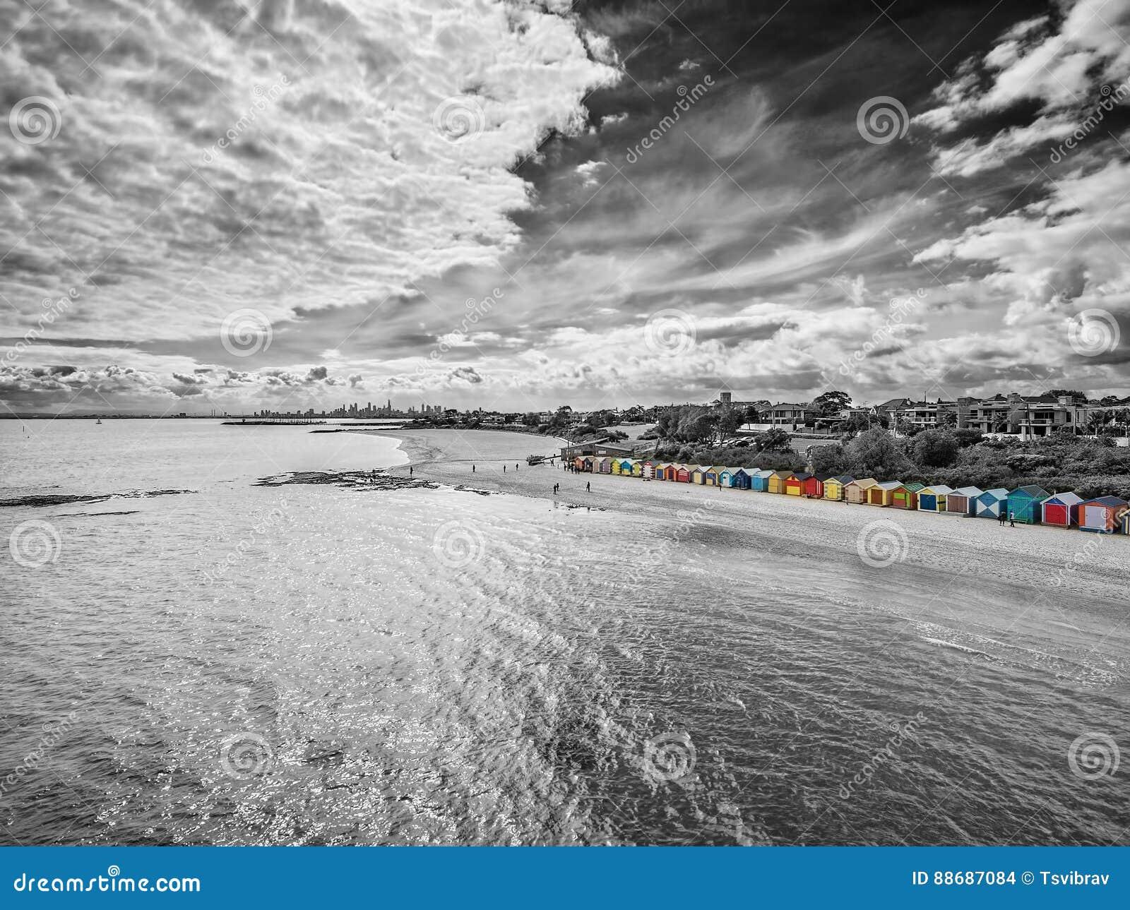 Vue aérienne noire et blanche de Brighton Beach baignant des huttes