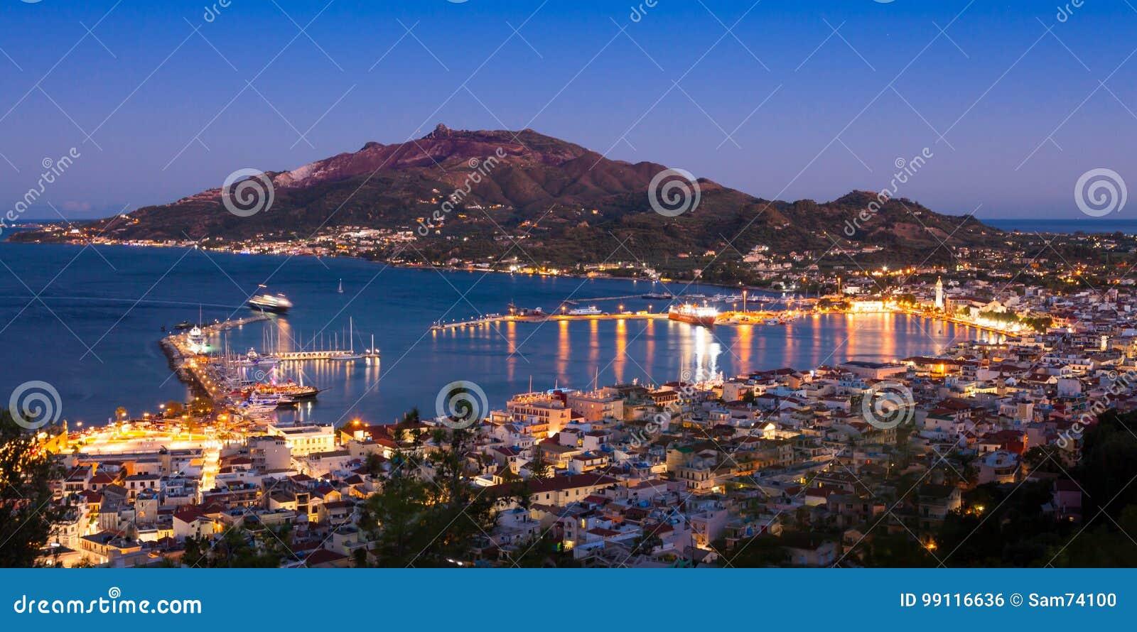 Vue aérienne panoramique de nuit de ville de Zakynthos en île de Zante,