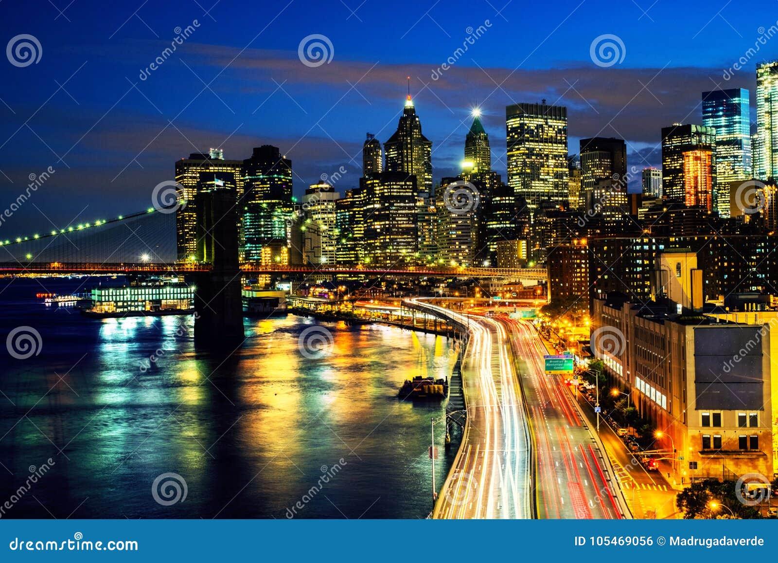 Vue aérienne sur l horizon de ville à New York City, Etats-Unis la nuit