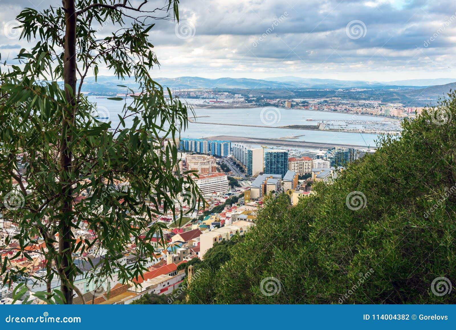 Vue aérienne sur la piste d aéroport et l infrastructure de la ville du Gibraltar, territoire d outre-mer britannique
