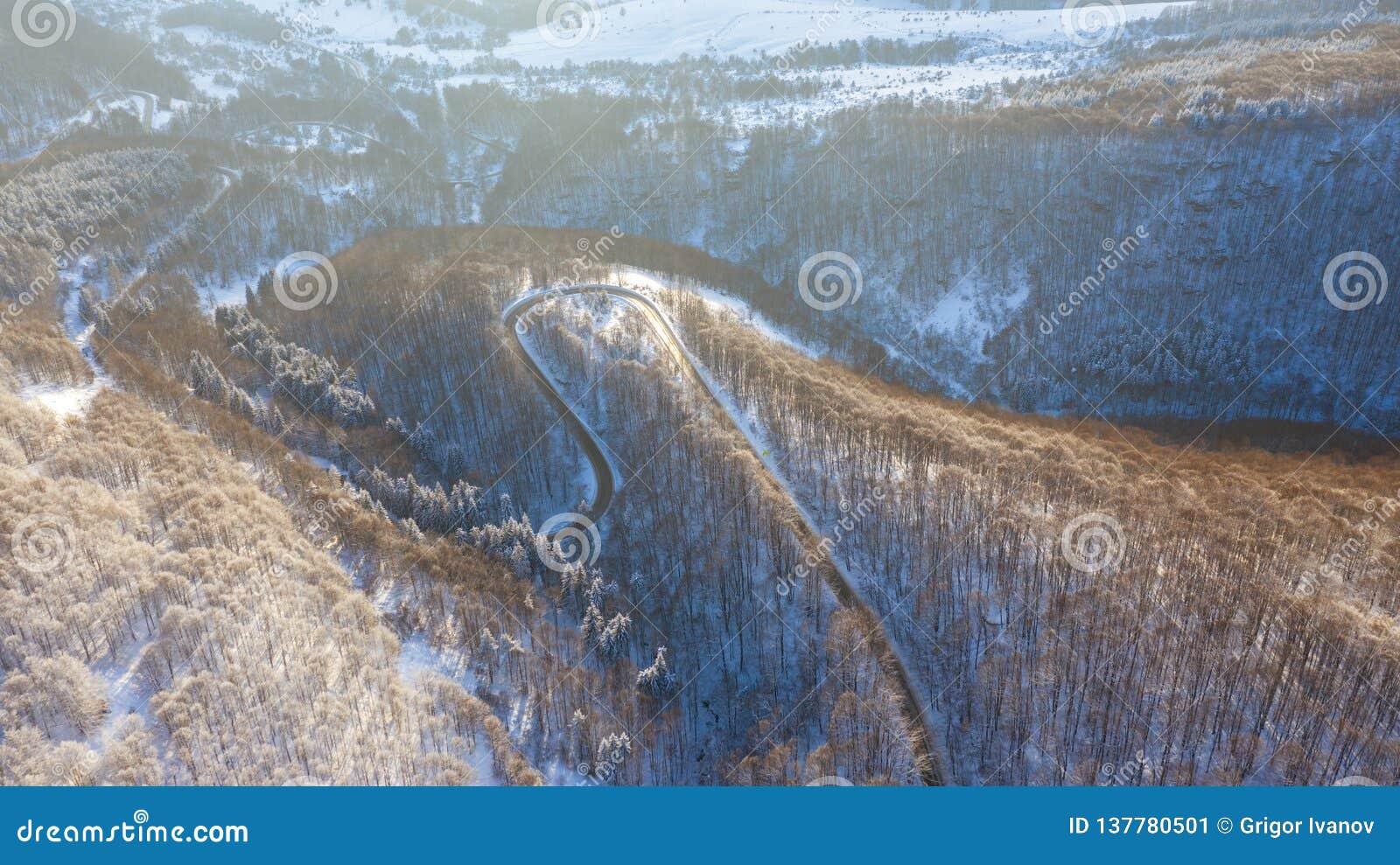 Vue aérienne sur la route et la forêt à l horaire d hiver
