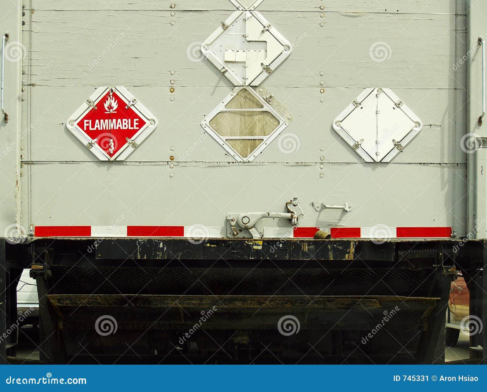 Vue arrière d un grand camion industriel de cargaison