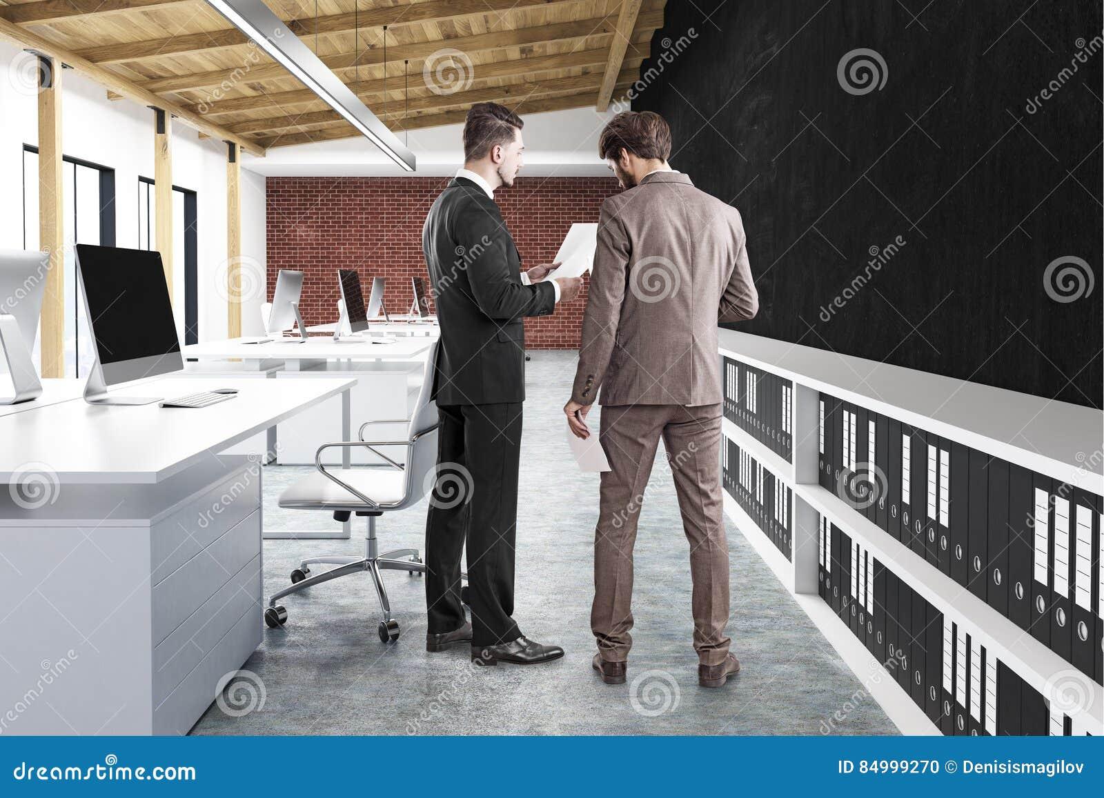 Vue arrière de deux hommes dans le bureau mur noir illustration