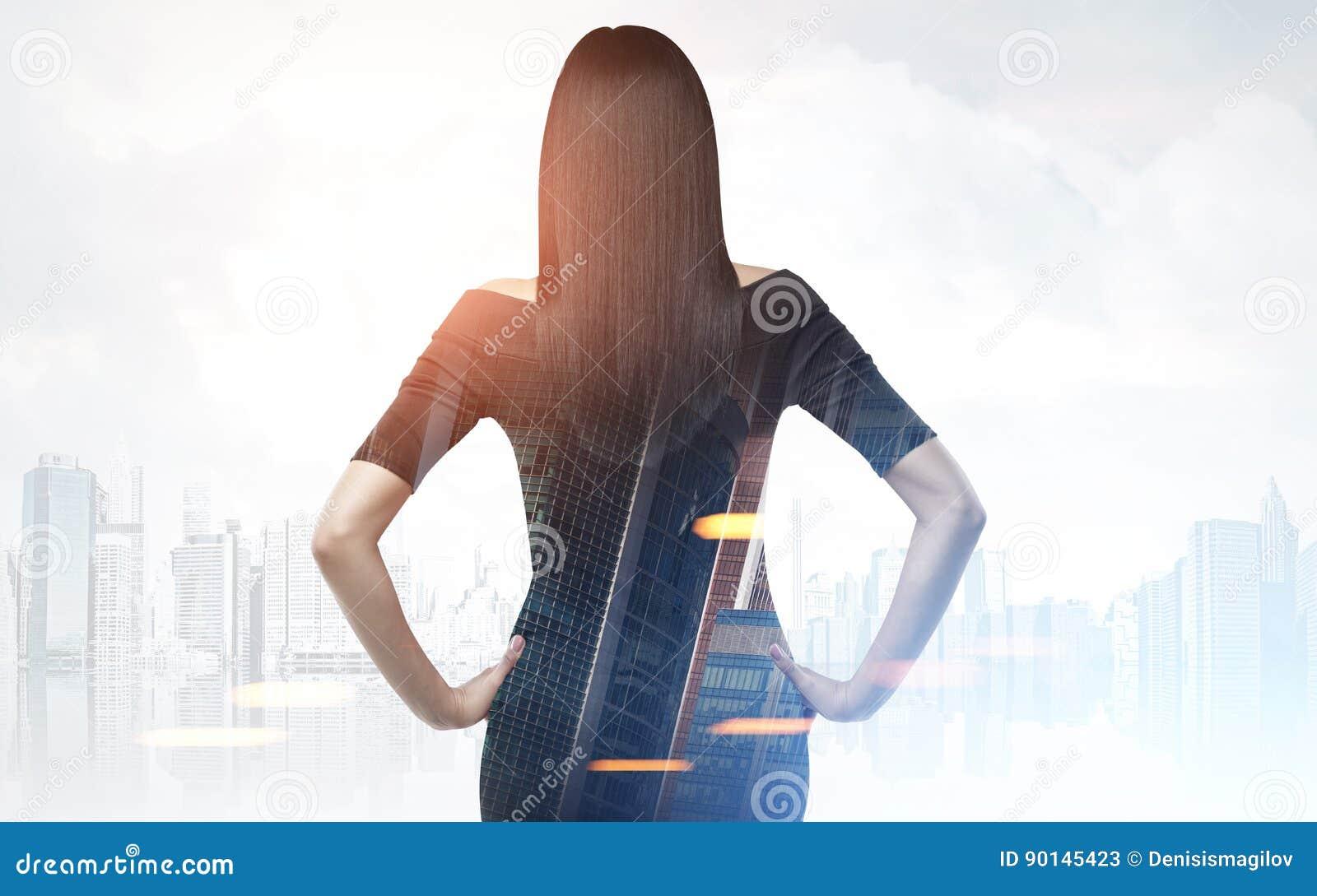 Vue arrière de femme dans une ville grise