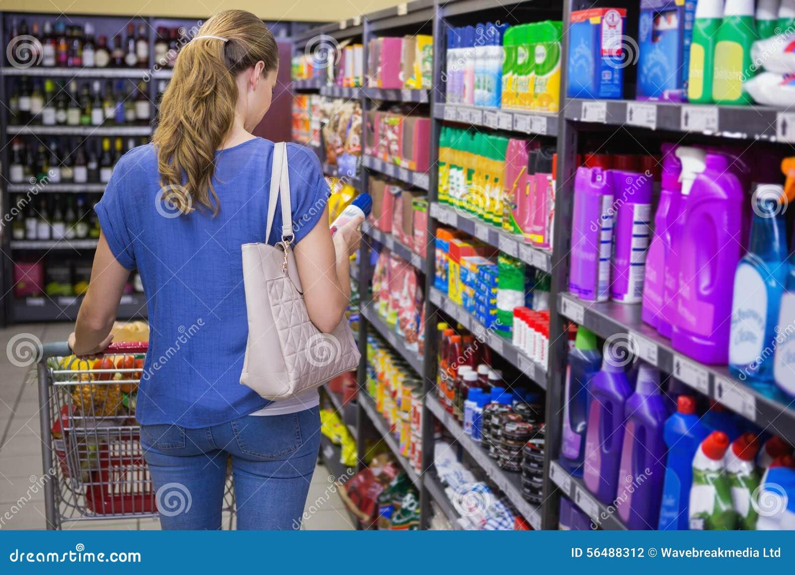 Vue arrière de femme faisant des achats