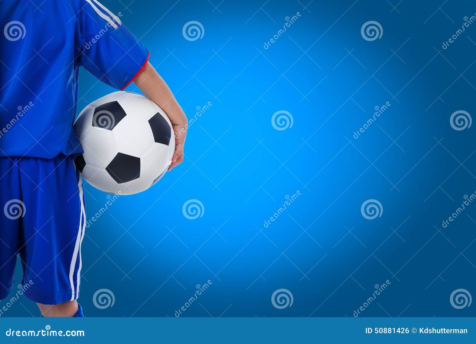 Vue arrière de footballeur de la jeunesse dans l uniforme bleu