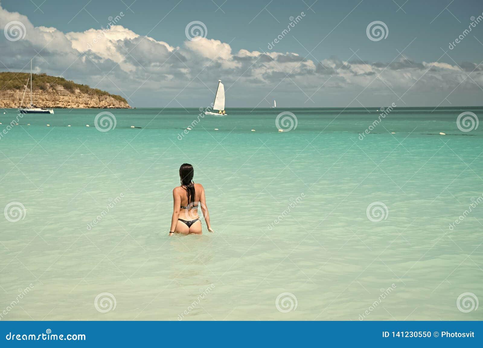 Vue arrière de l eau en cristal azurée d océan de vêtements de bain de fille Station balnéaire de luxe d océan de vacances Bain p