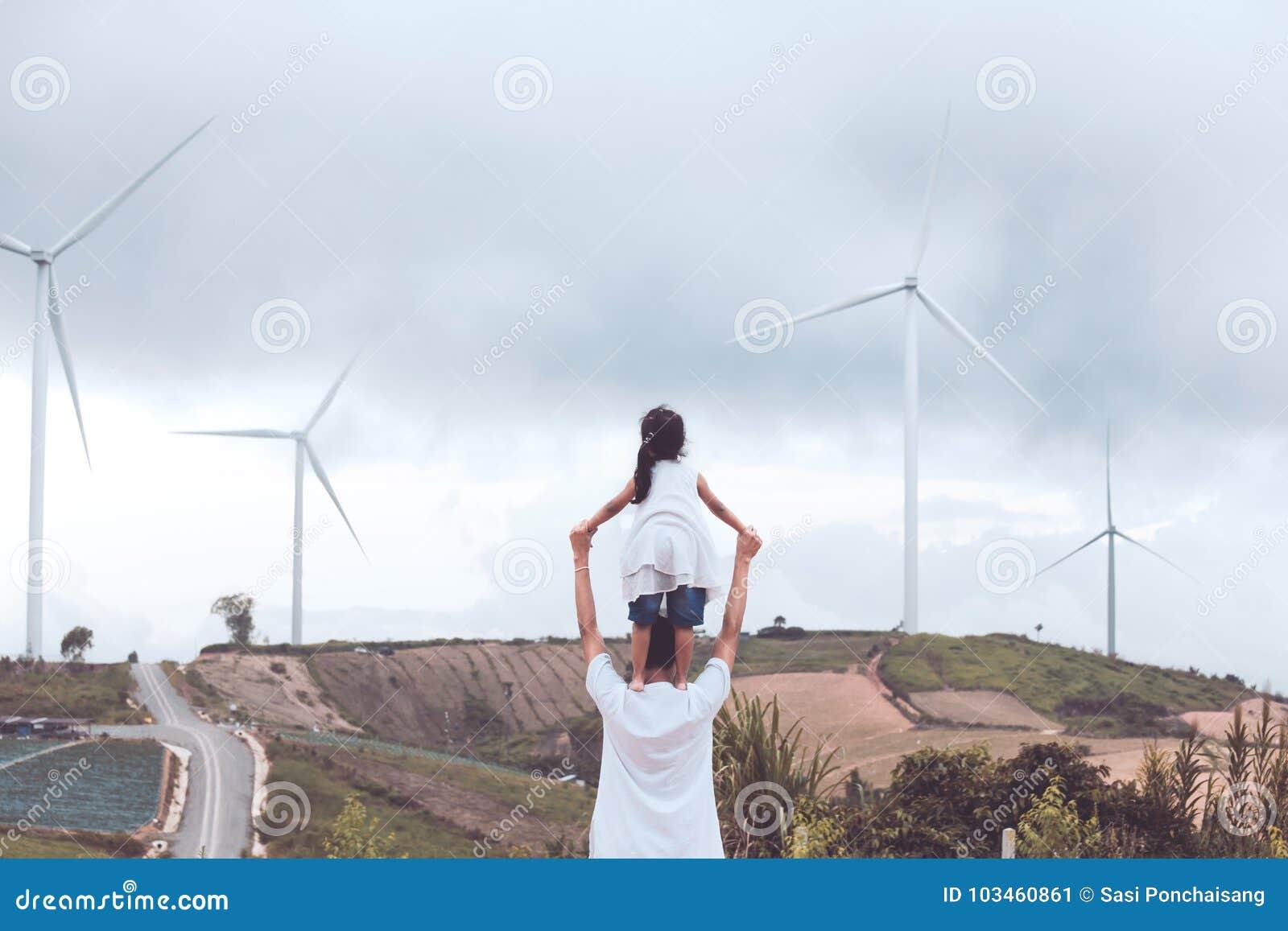 Vue arrière de la petite fille asiatique se tenant sur l épaule du ` s de père