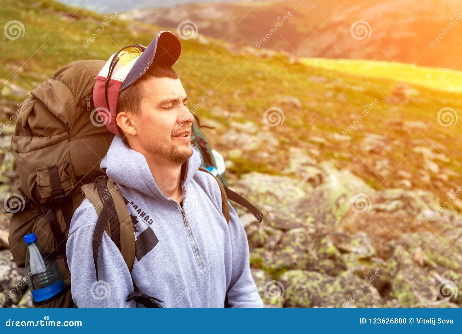 Vue arrière de mode de vie de voyage et de concept de survie
