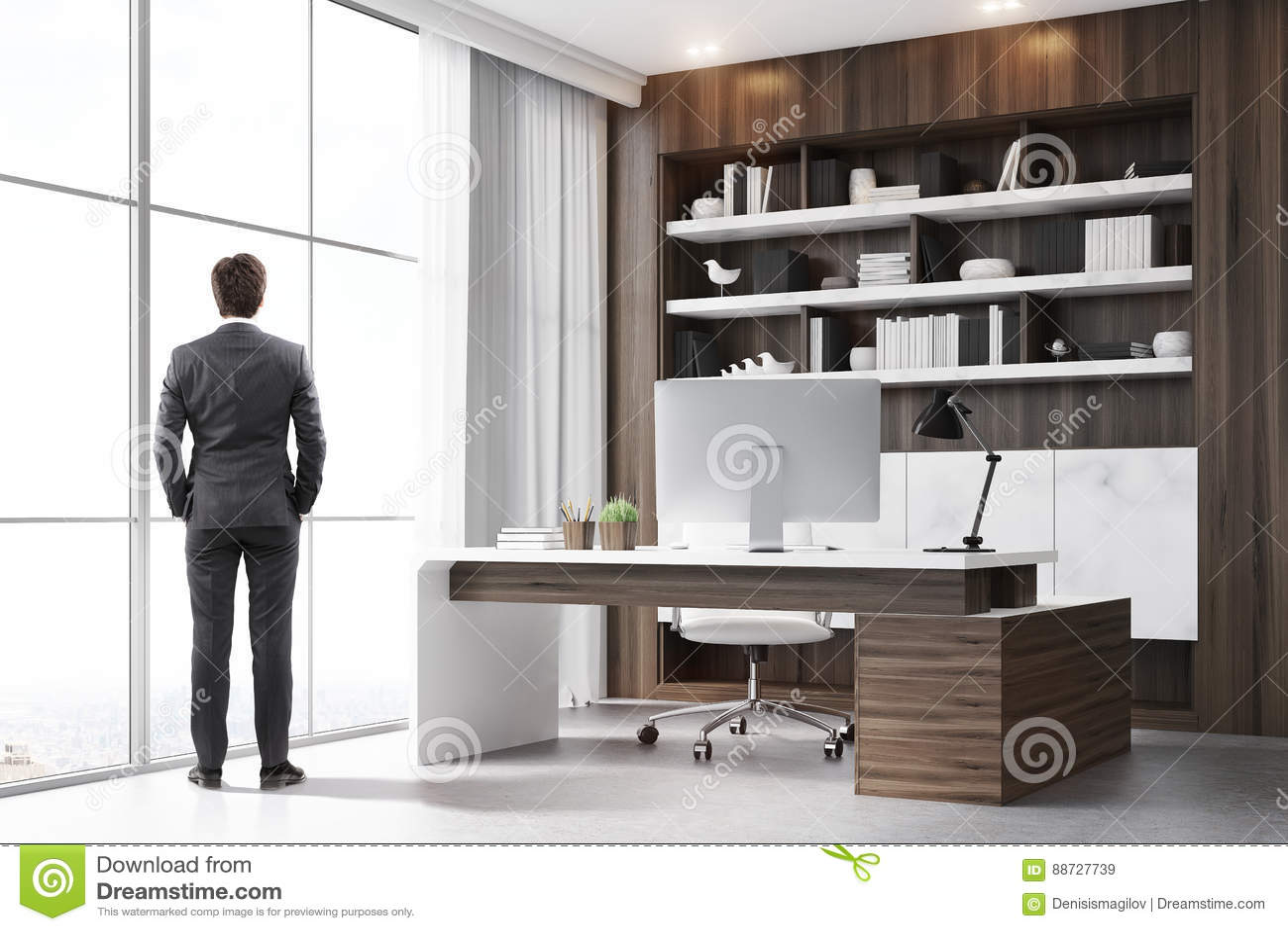 Vue arrière de président dans son bureau en bois foncé image stock