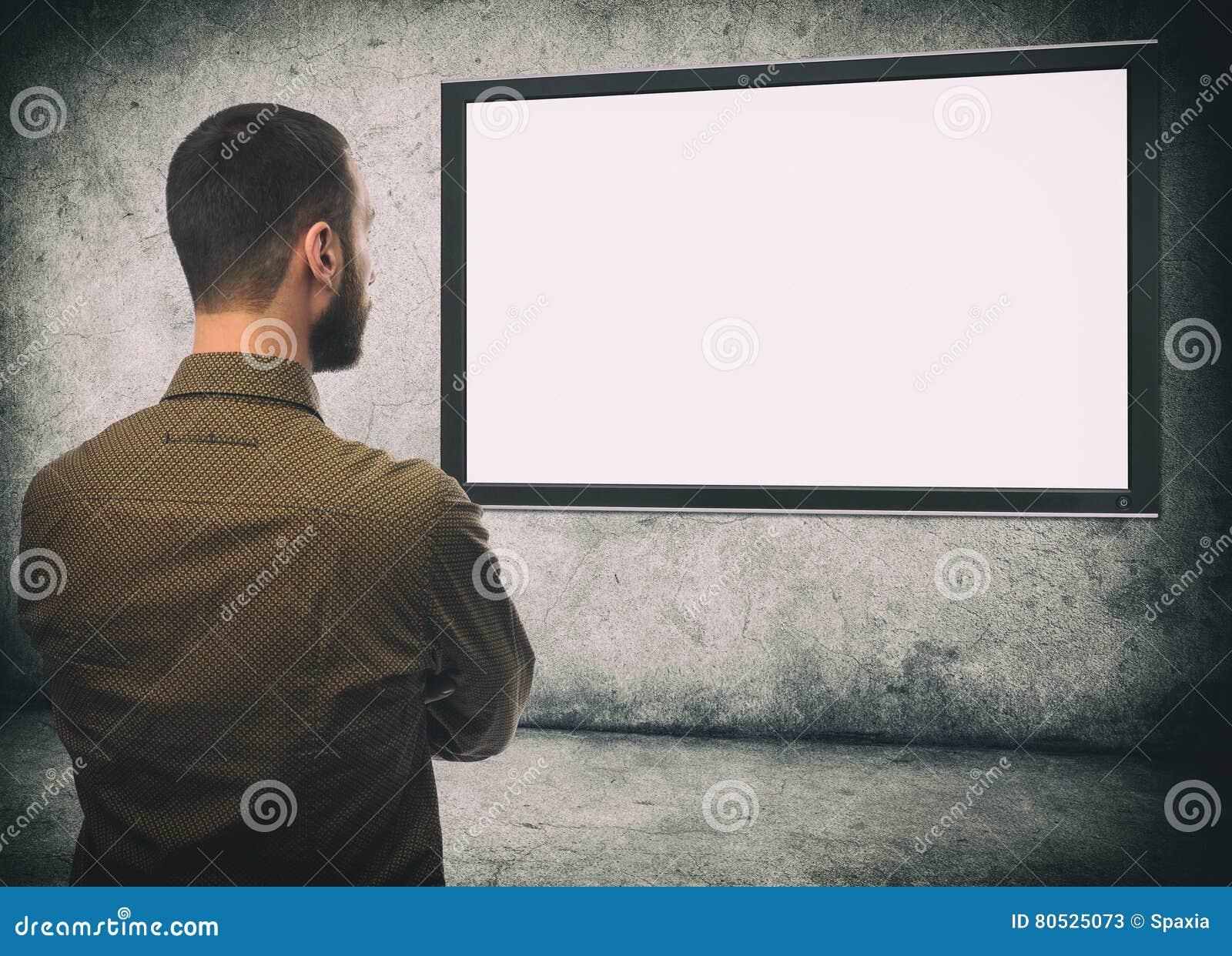 Vue Arriere De Type Barbu Regardant La Tv Image Stock Image Du