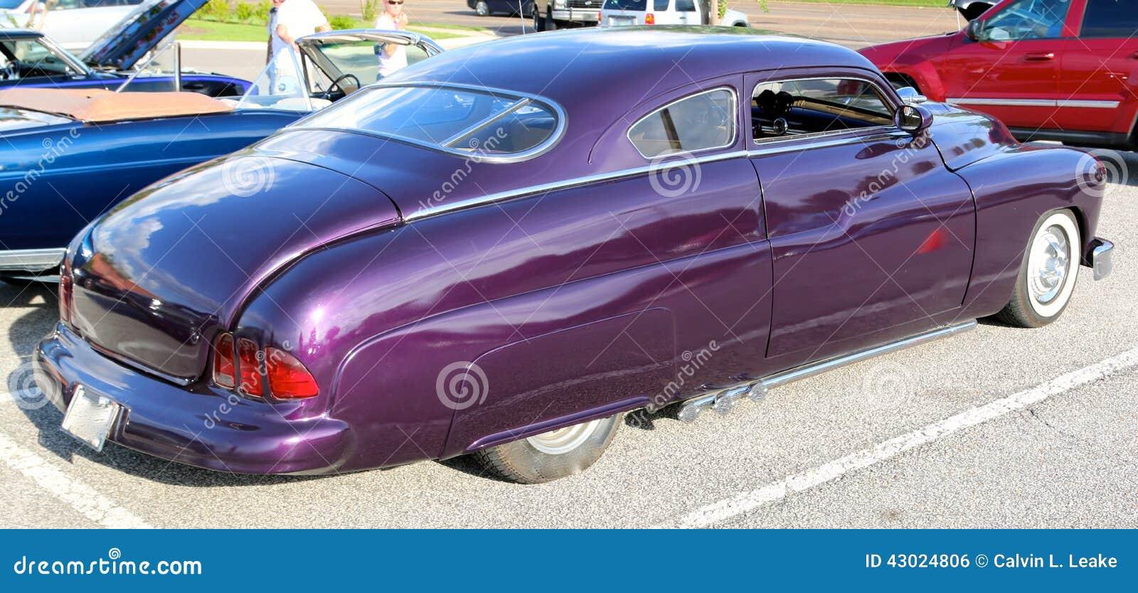 vue arri re de voiture ancienne am ricaine classique en plum crazy purple photo ditorial. Black Bedroom Furniture Sets. Home Design Ideas