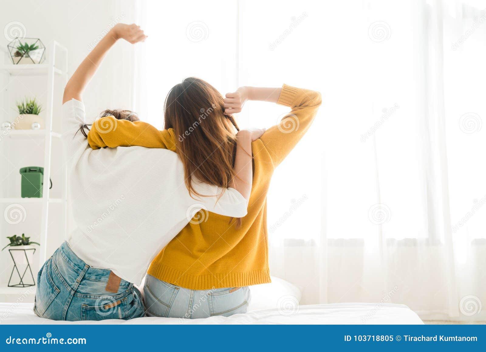 vue arrière des couples heureux lesbiens de femmes se réveillant