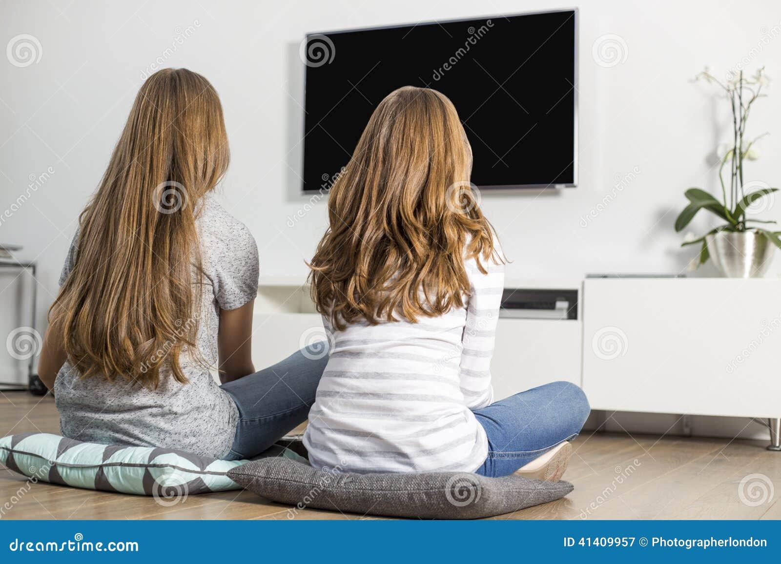 Vue Arriere Des Enfants De Memes Parents Regardant La Tv A La Maison