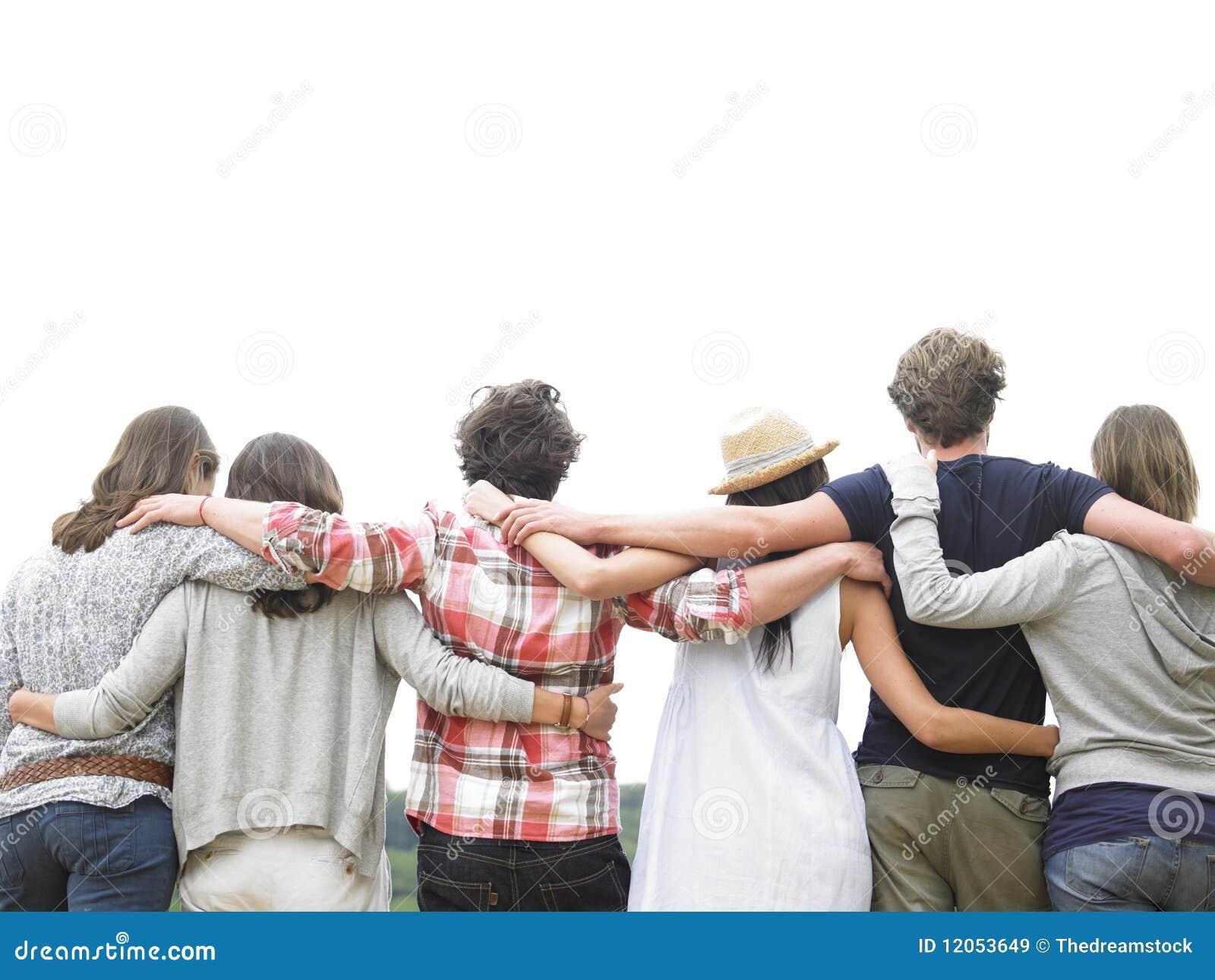 Vue arrière du groupe d étreindre d amis