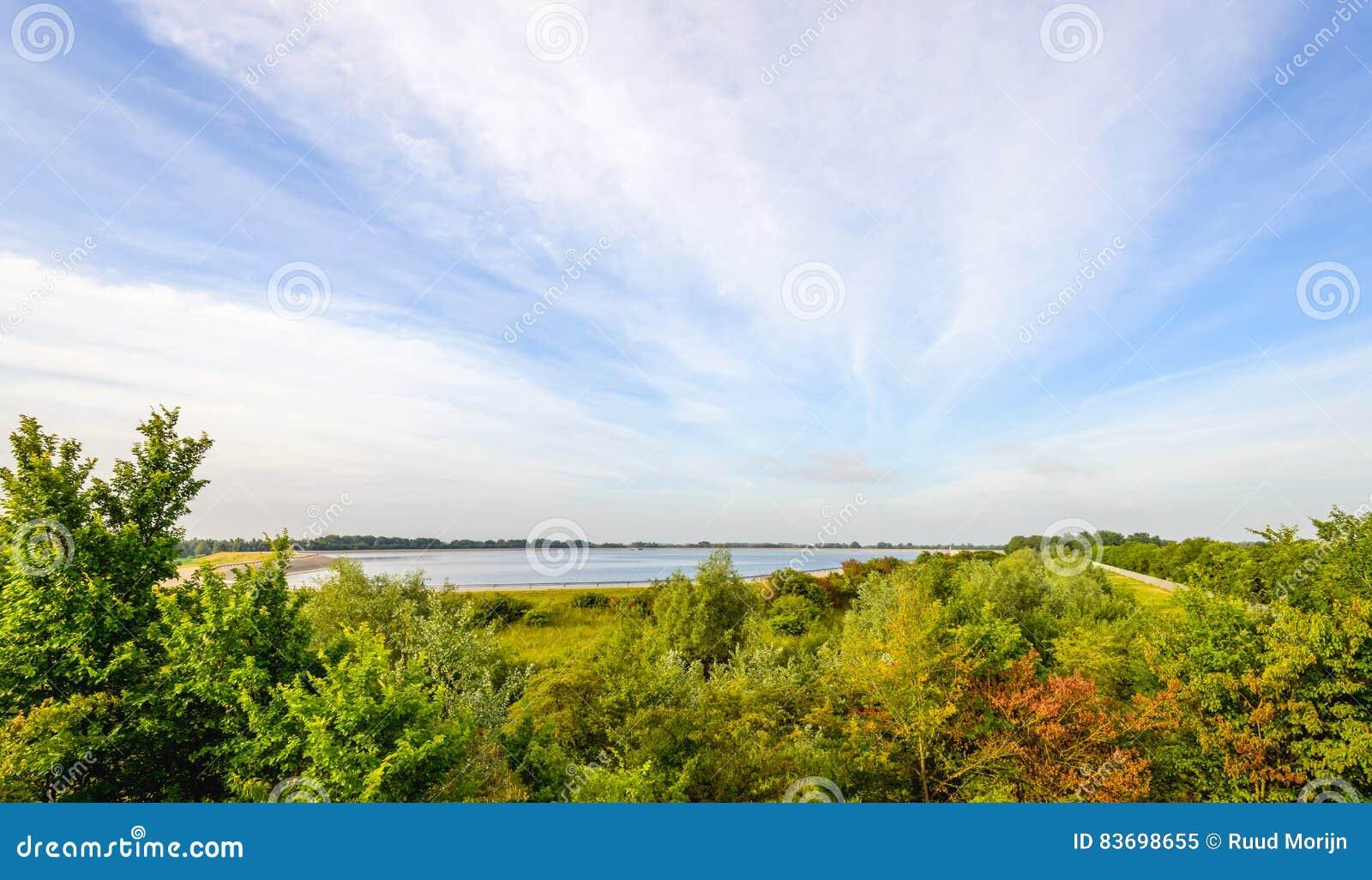Bassin D Eau Exterieur vue au-dessus d'un grand bassin de l'eau extérieur image