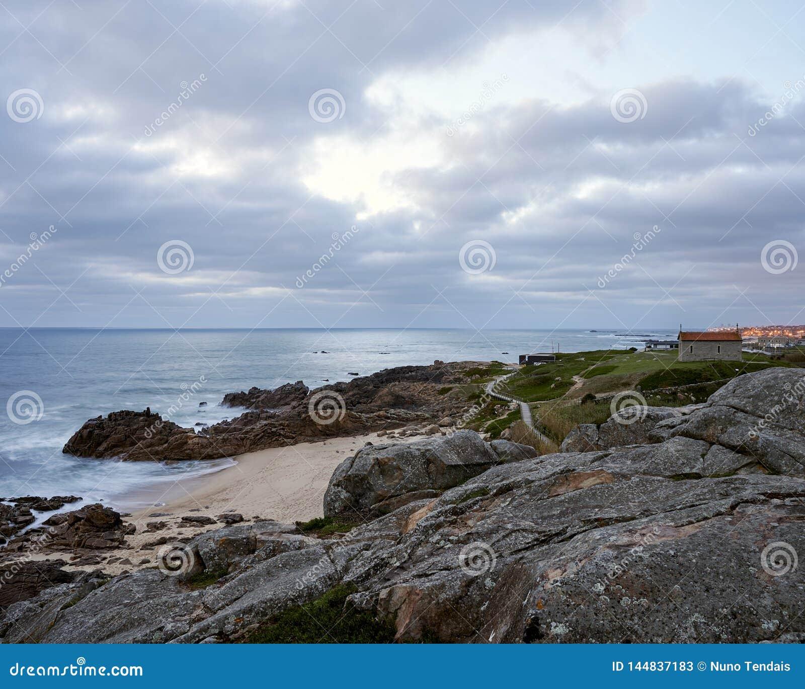 Vue au-dessus de la plage rocheuse