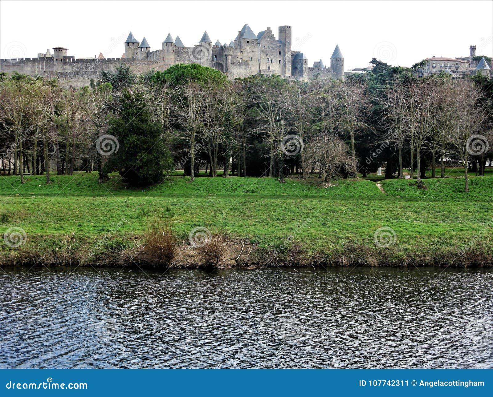 Vue au-dessus de la rivière l Aude vers Carcassonne, France