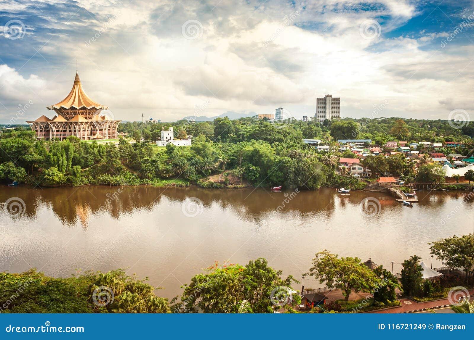 Vue au-dessus de la rivière de Sarawak au côté nord de la ville de Kuc