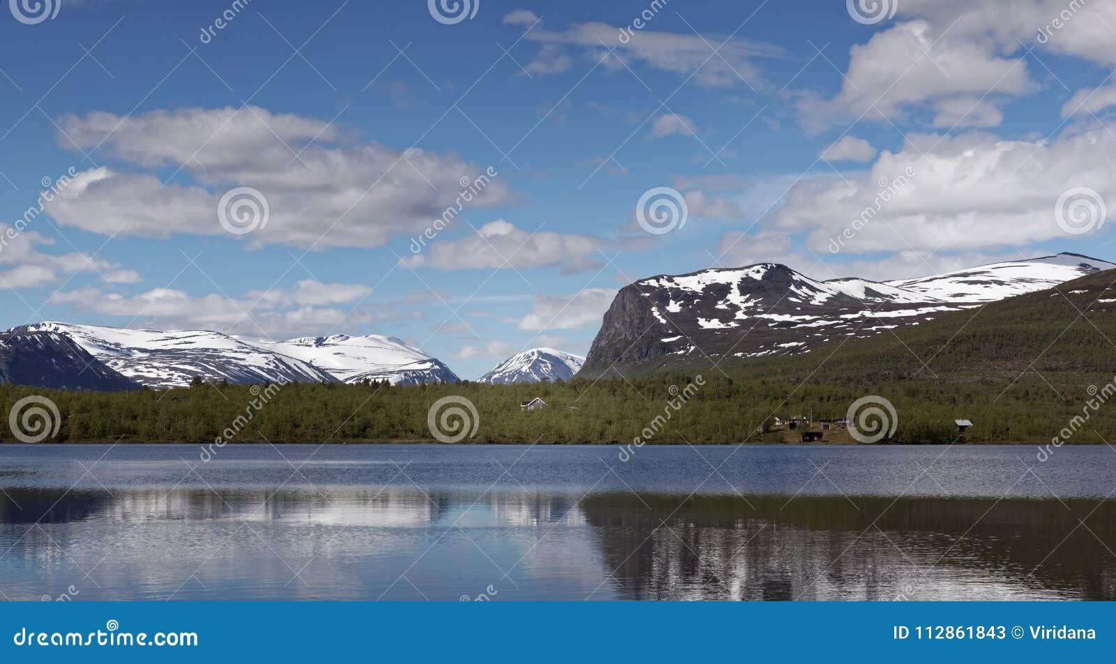 Vue au-dessus de Vistasvagge ou de Vistasvalley en Suède du nord près de Nikkaloukta