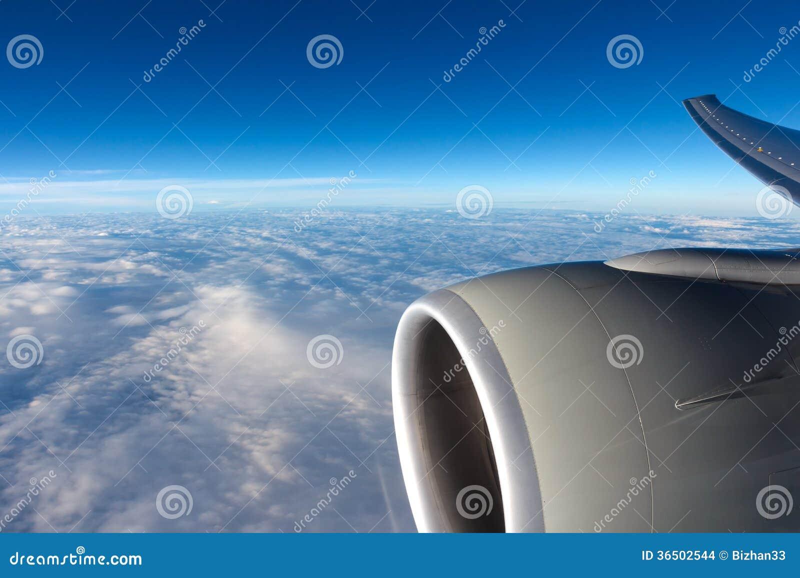 Vue aux nuages par la fenêtre d avions