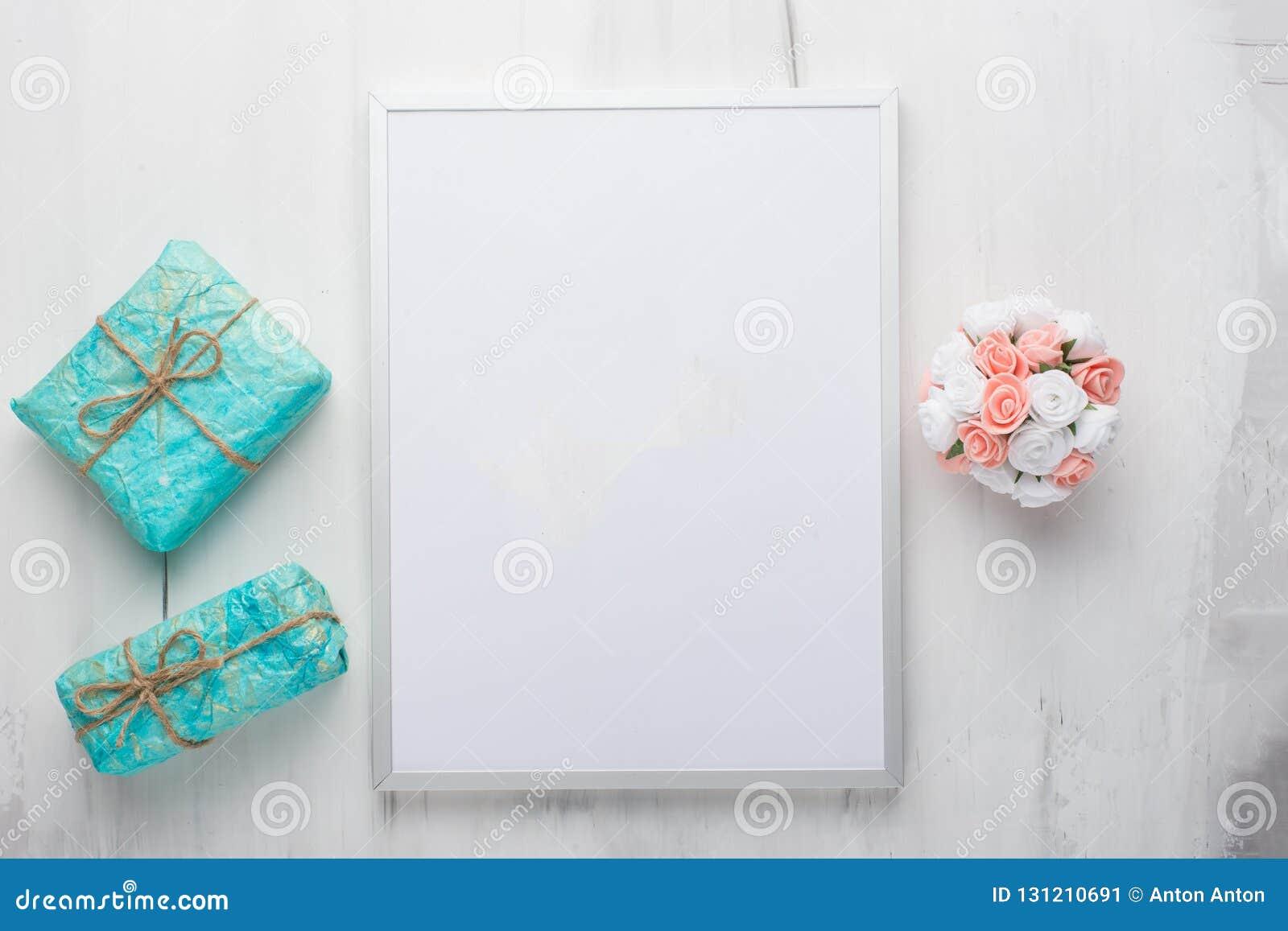 Vue avec des cadeaux sur un fond clair pour placer des dessins et des inscriptions